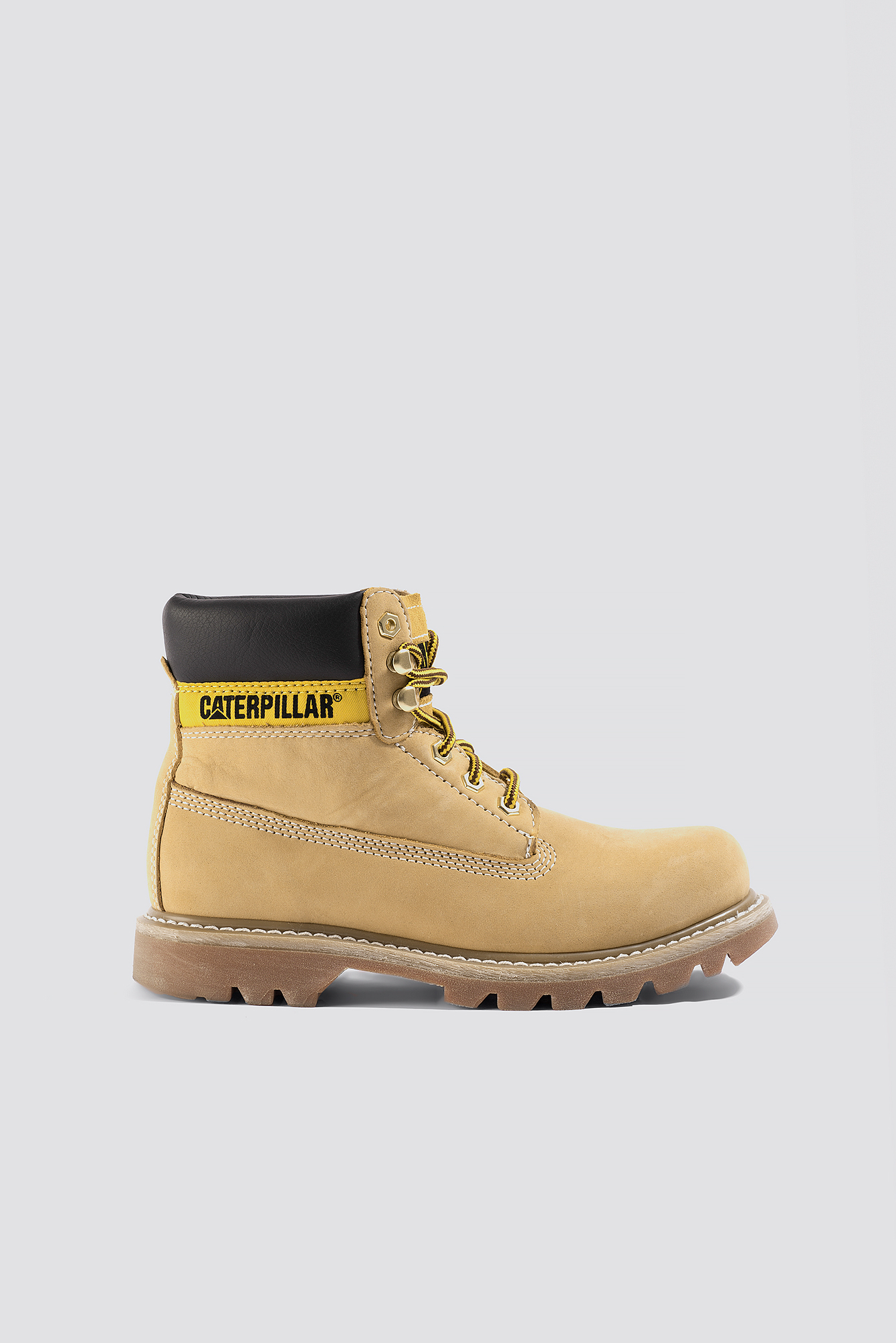 The boots by Caterpillar feature a fit, a reliable sole, a closure, details, a resistant material and a protection.