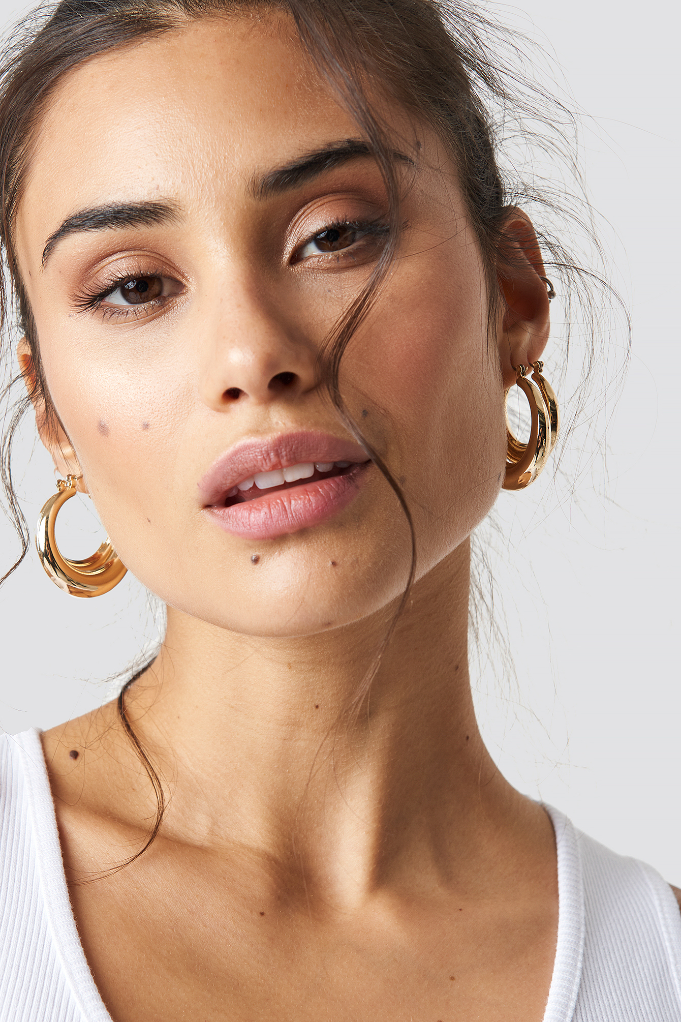 CHLOEXNAKD Round Gold Hoops - Gold