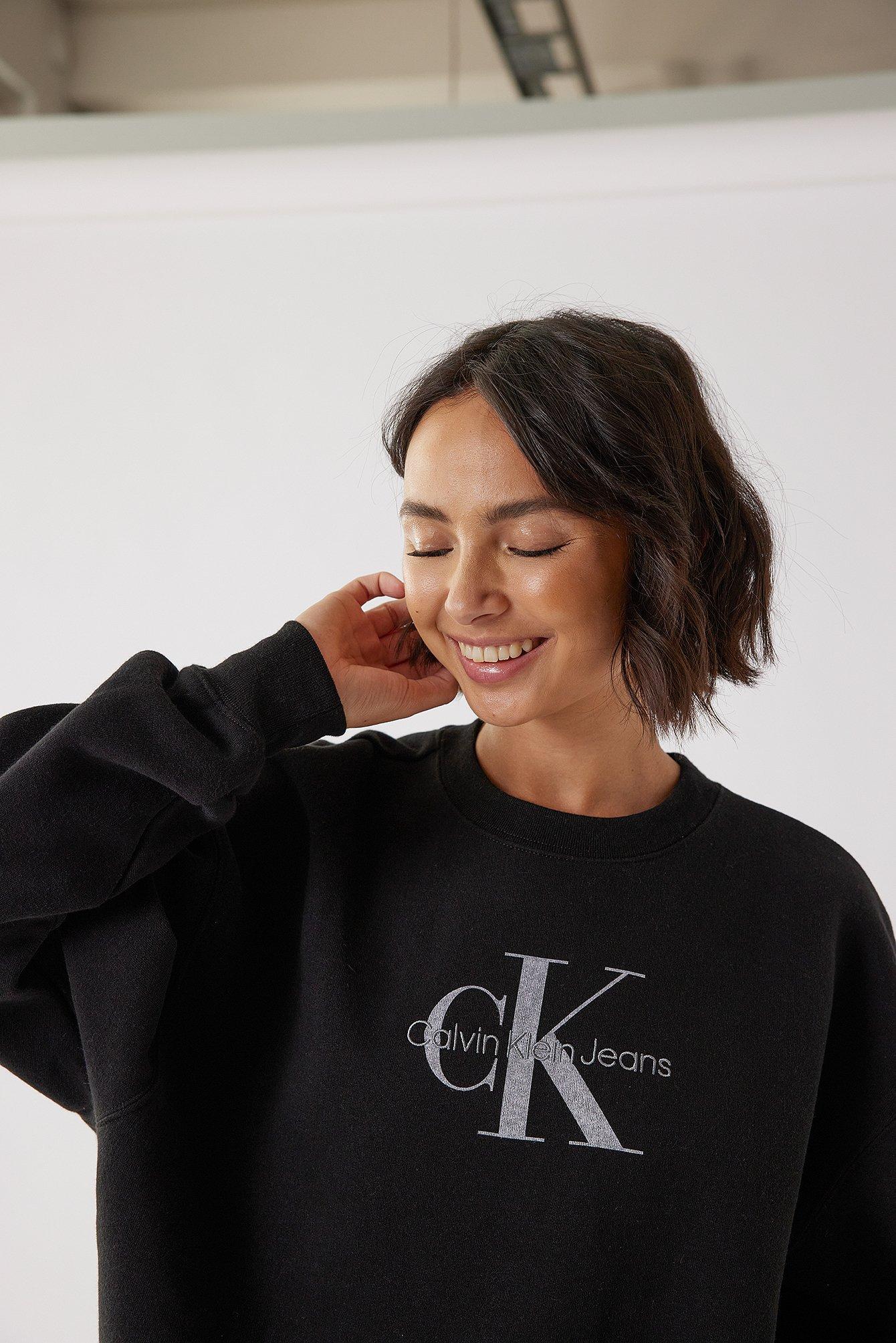 Calvin Klein for NA-KD Økologisk sweater i overstørrelse med rund halsudskæring - Black