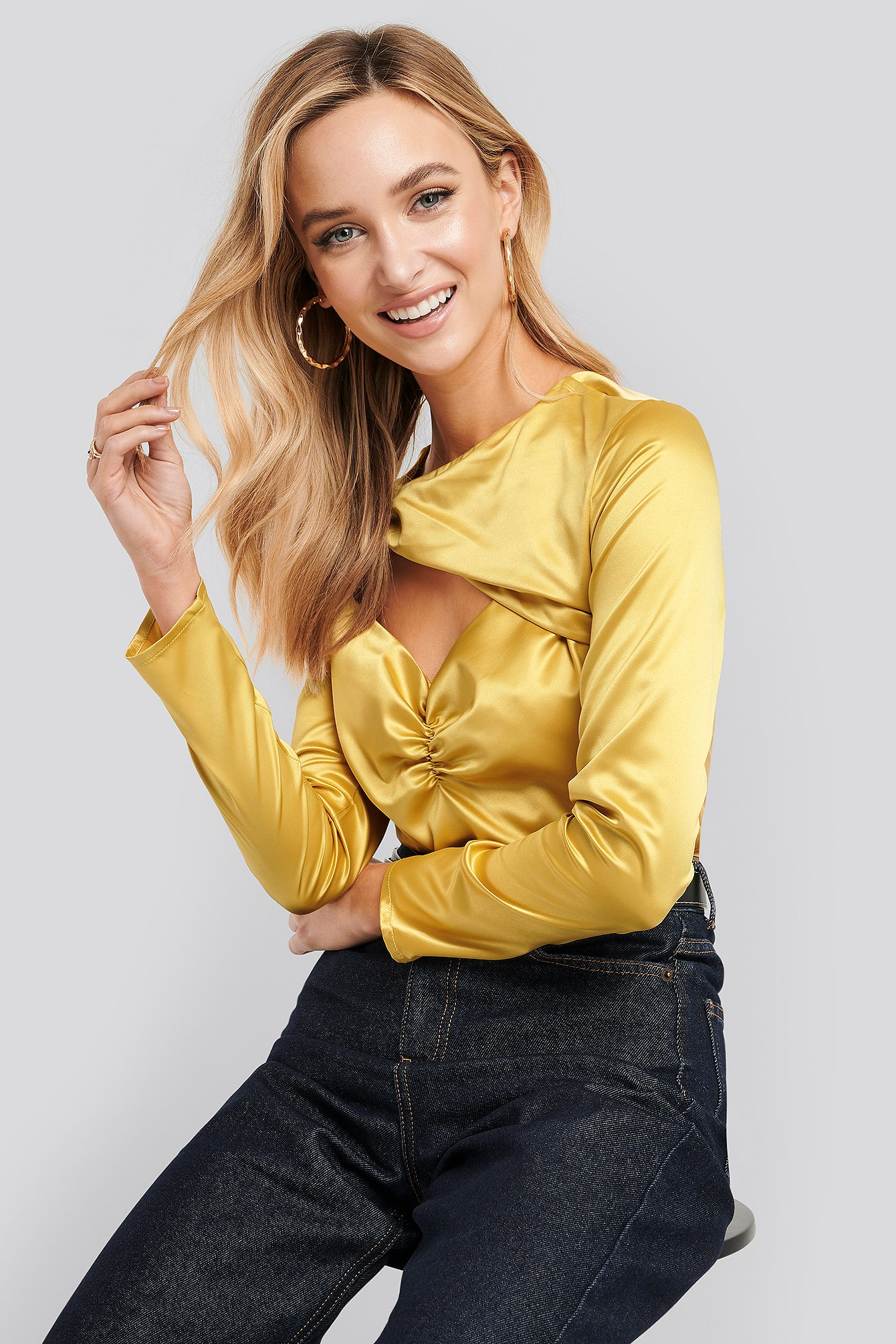 na-kd trend -  Cut Out Satin Long Sleeve Top - Yellow