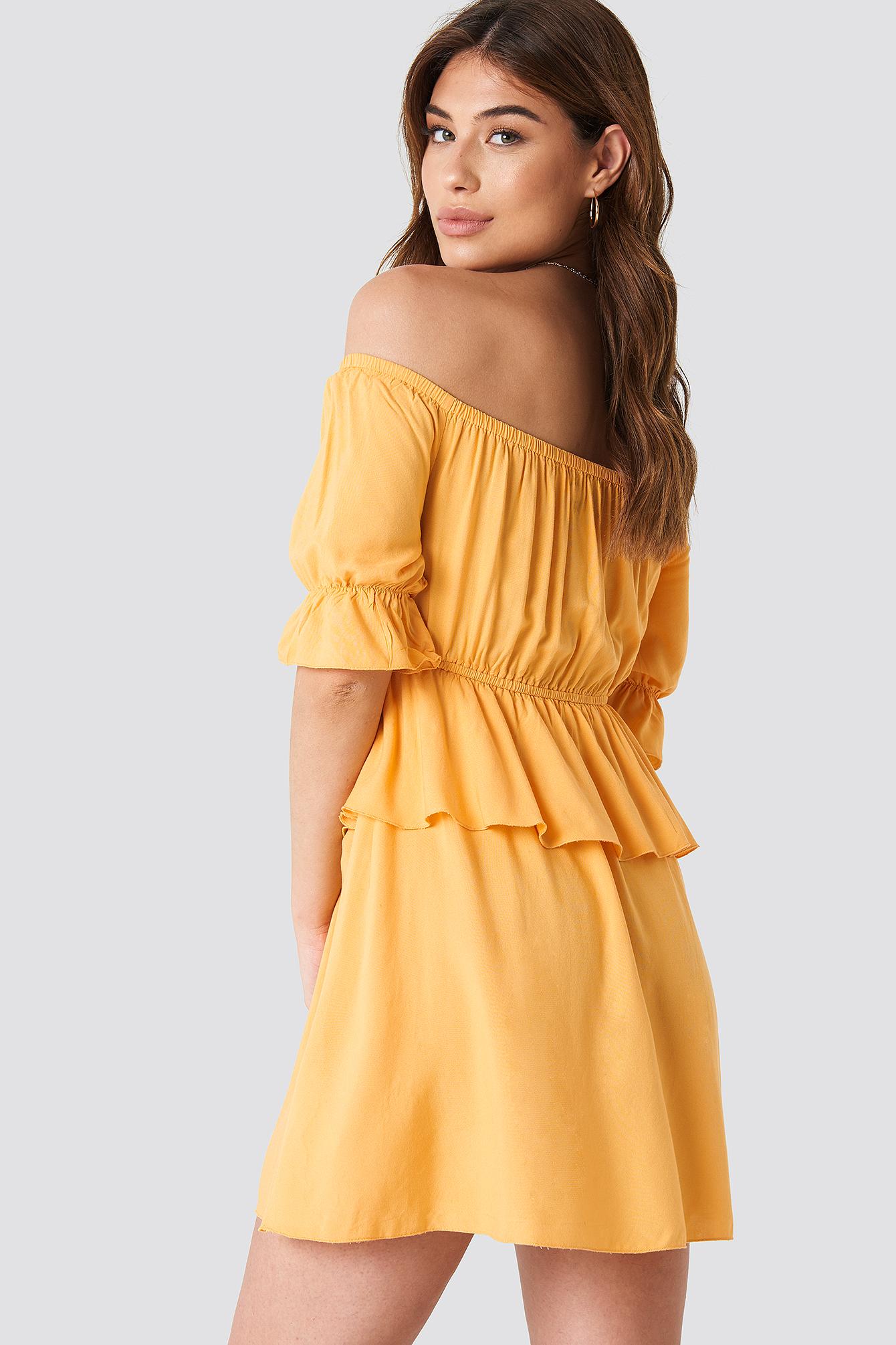 Krótka sukienka z odkrytymi ramionami NA-KD.COM