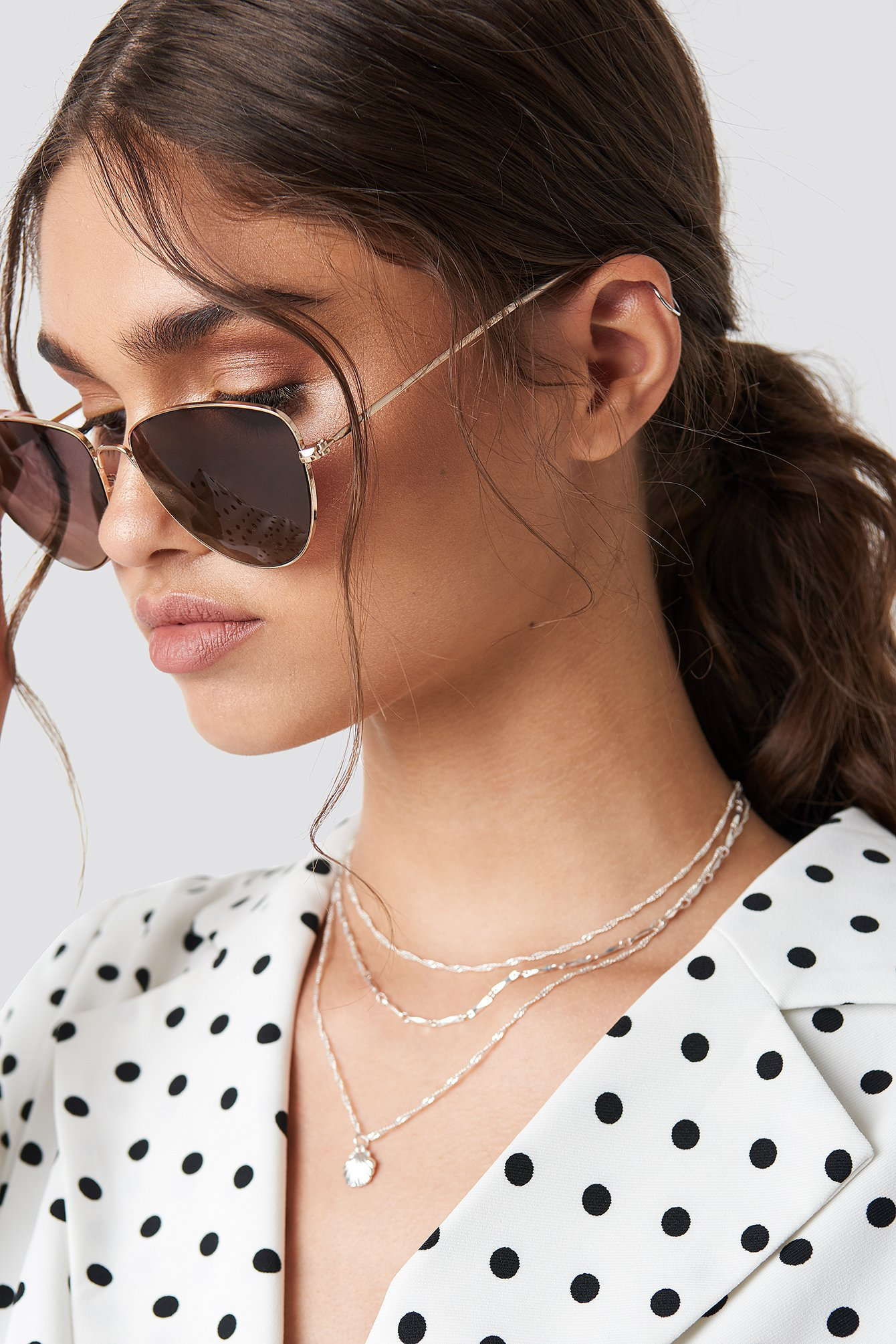 The Round Metal Cat Eye Sunglasses by NA-KD Accessories features a round design, a thin bridge on the nose and thin metal frames.