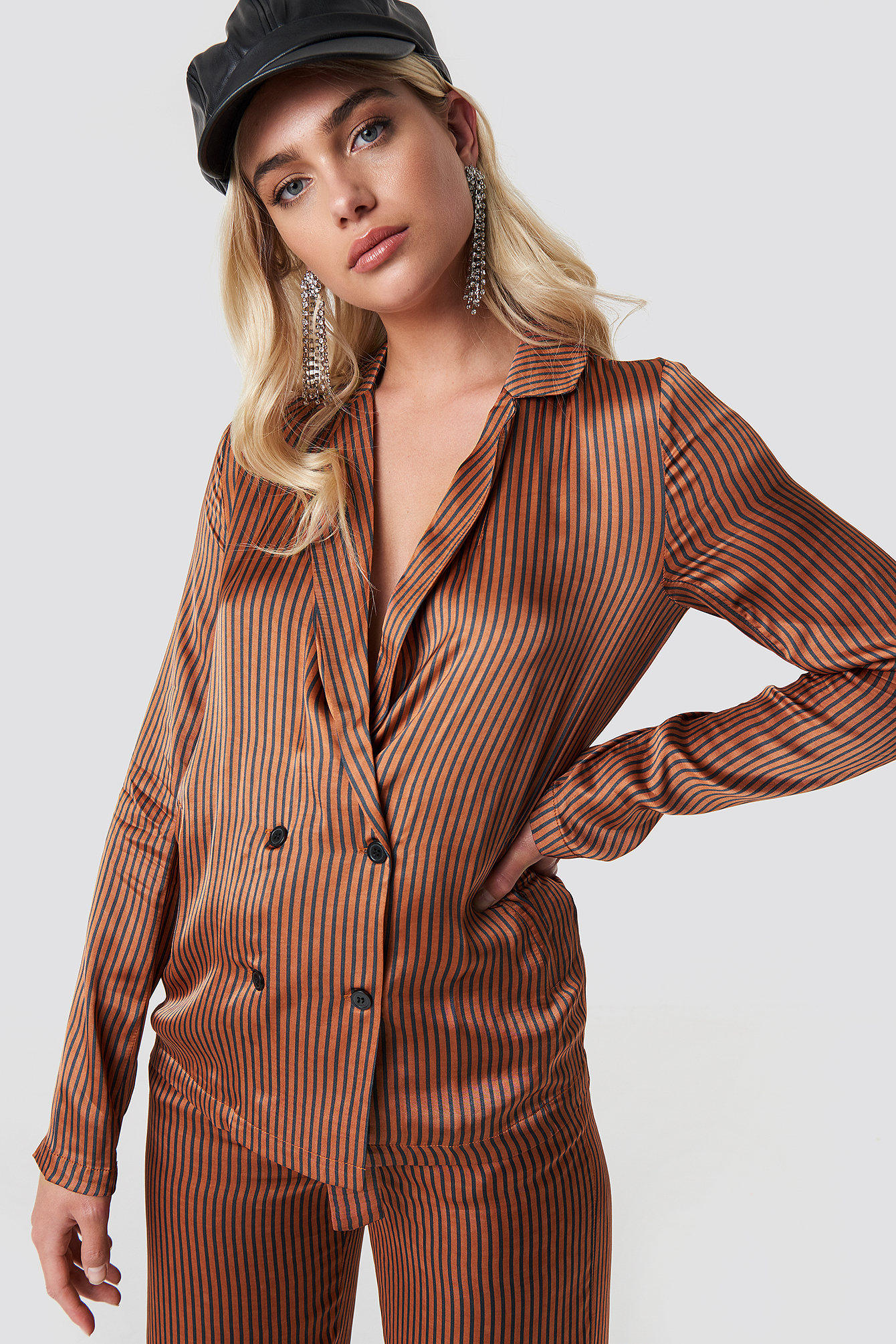The Veronica shirt by Gestuz features a lapel neckline, double breasted button design, long sleeves, a smooth material and a relaxed fit.