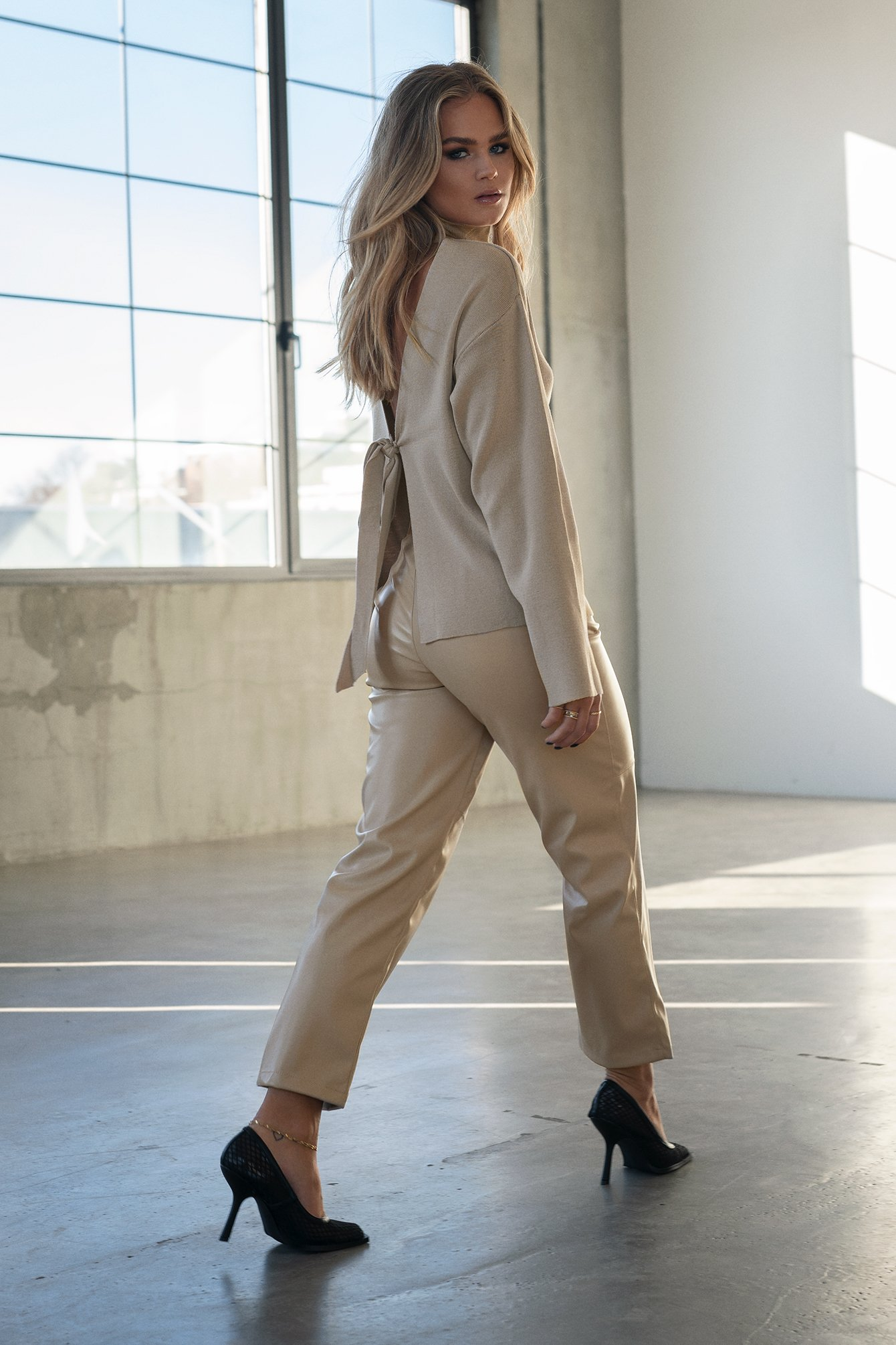 hanna schönberg x na-kd -  Straight Faux Leather Pants - Beige