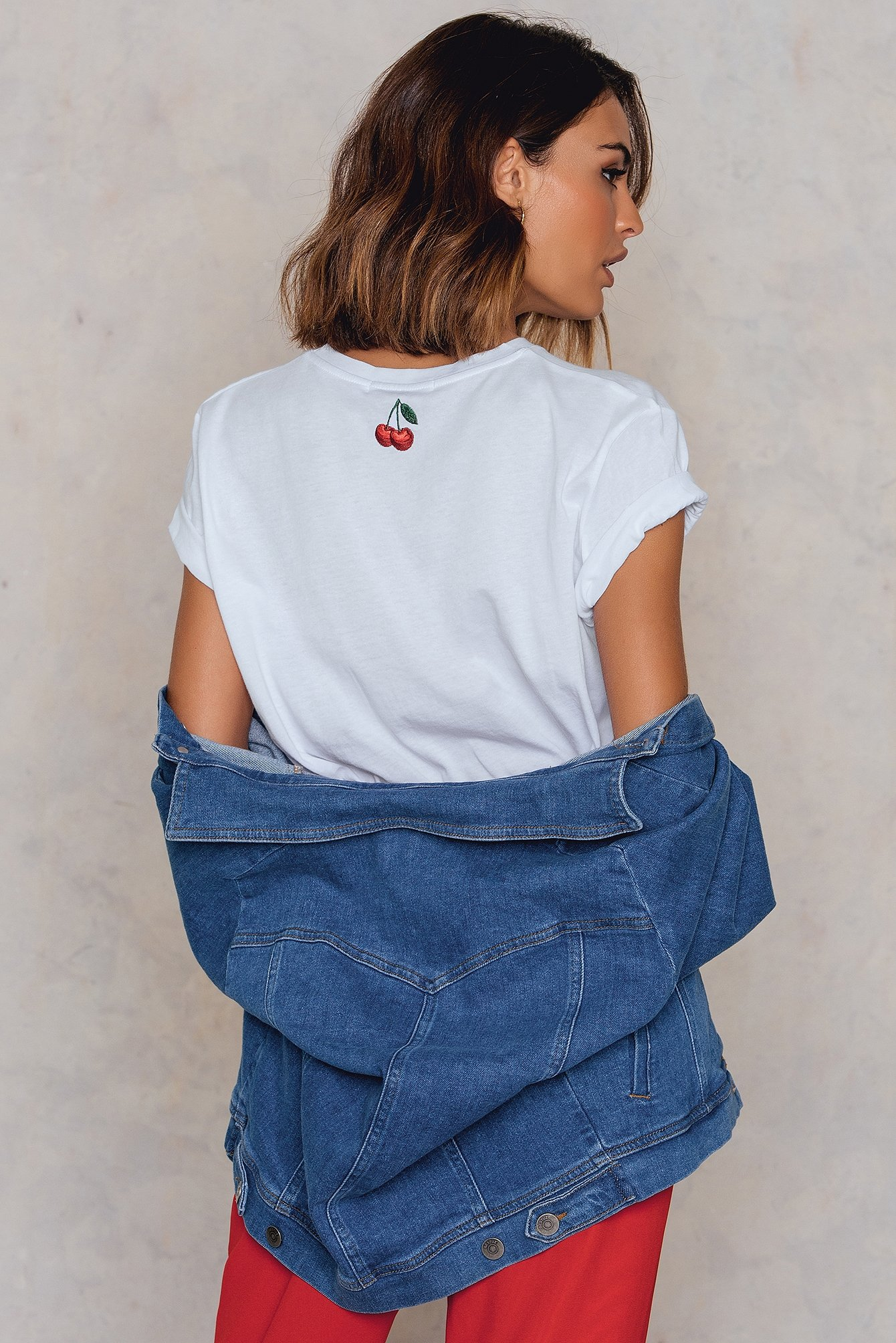 NA-KD Cherry Neck Embroidery Tee White