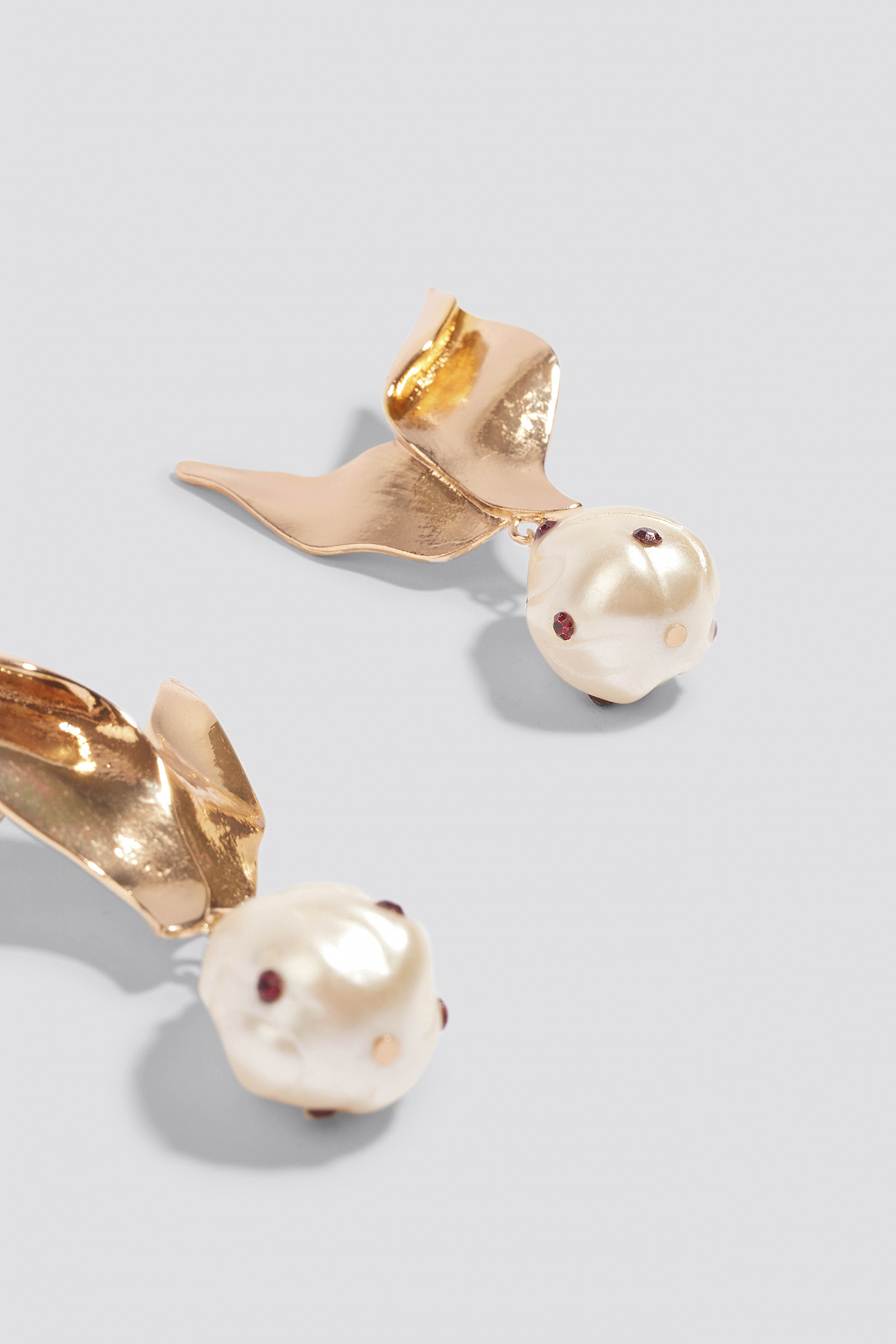 Metaliczne kolczyki z perłami NA-KD.COM