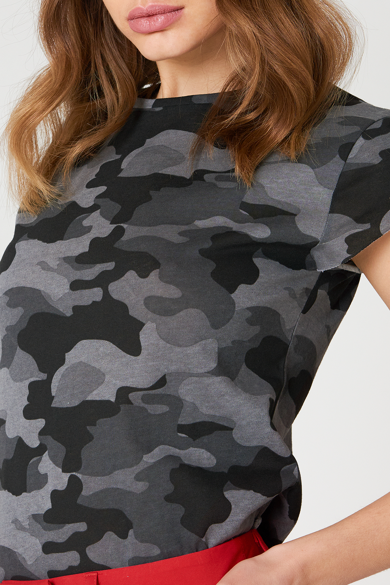 T-shirt moro z surowym wykończeniem NA-KD.COM
