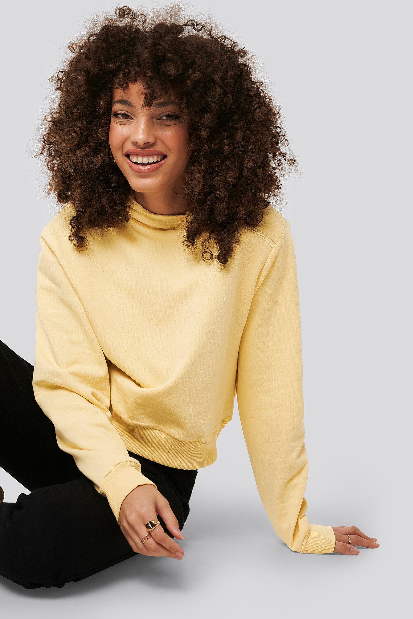 NA-KD Kurzer Kapuzenpulli Asymmetrischer Reißverschluss - Yellow | Bekleidung > Pullover > Kapuzenpullover | NA-KD
