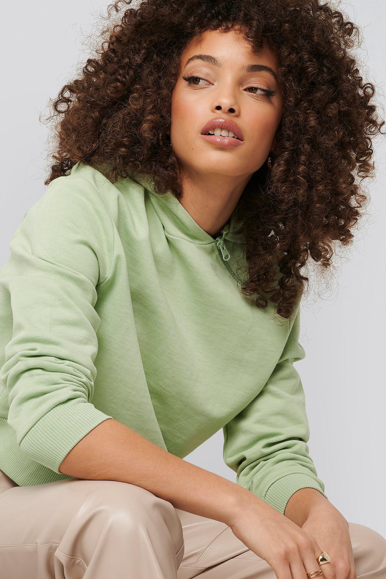 NA-KD Kurzer Kapuzenpulli Asymmetrischer Reißverschluss - Green | Bekleidung > Pullover > Kapuzenpullover | NA-KD