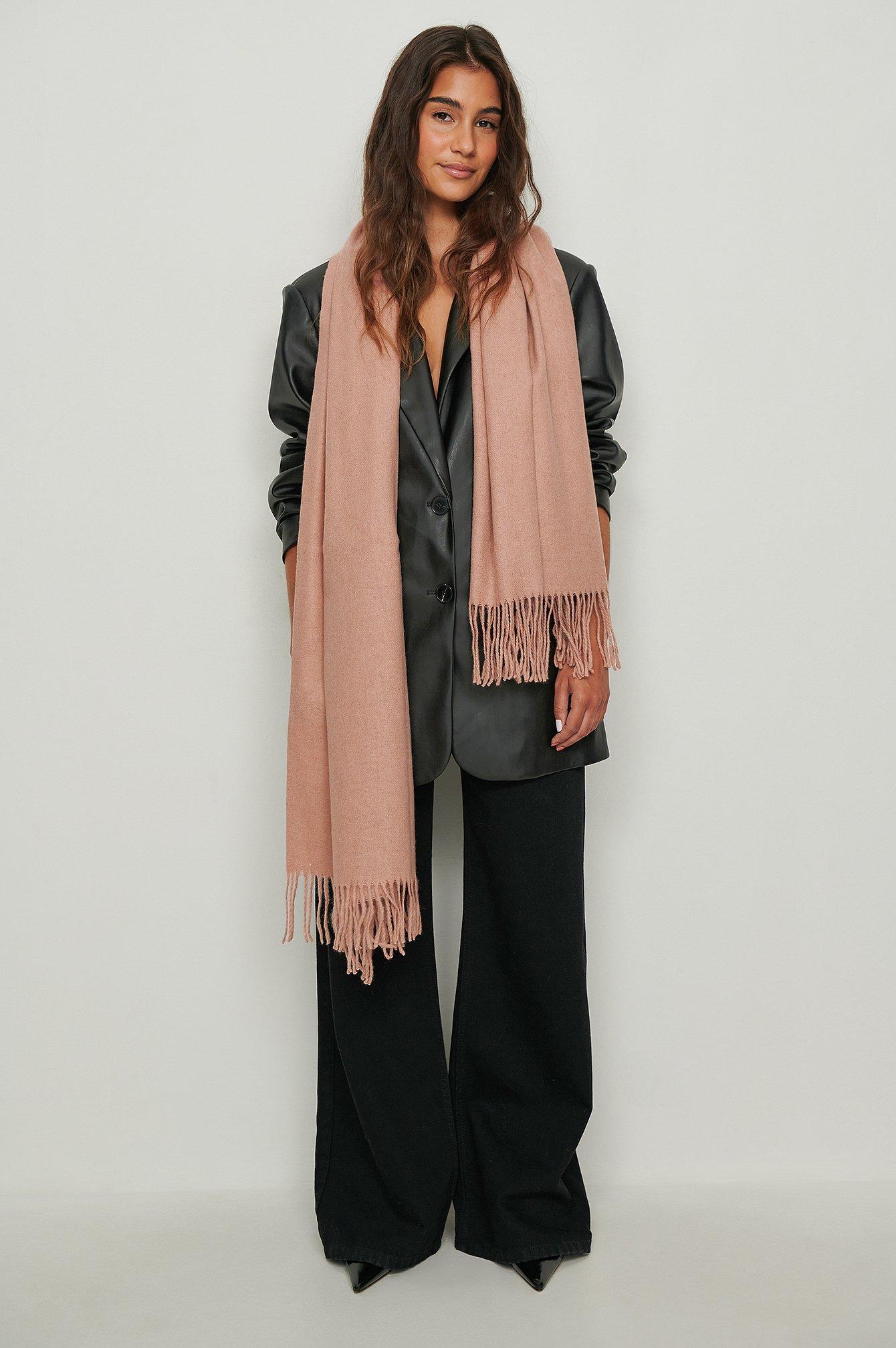 Se NA-KD Accessories Tørklæde i uld - Pink ved NA-KD