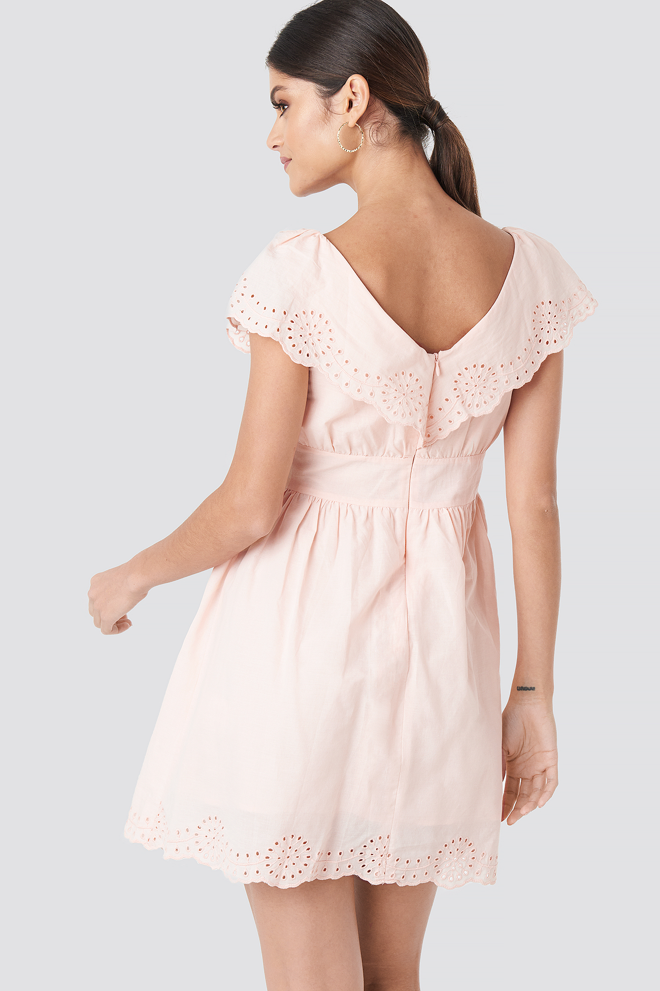 Broiderie Anglais Ruffle Dress NA-KD.COM