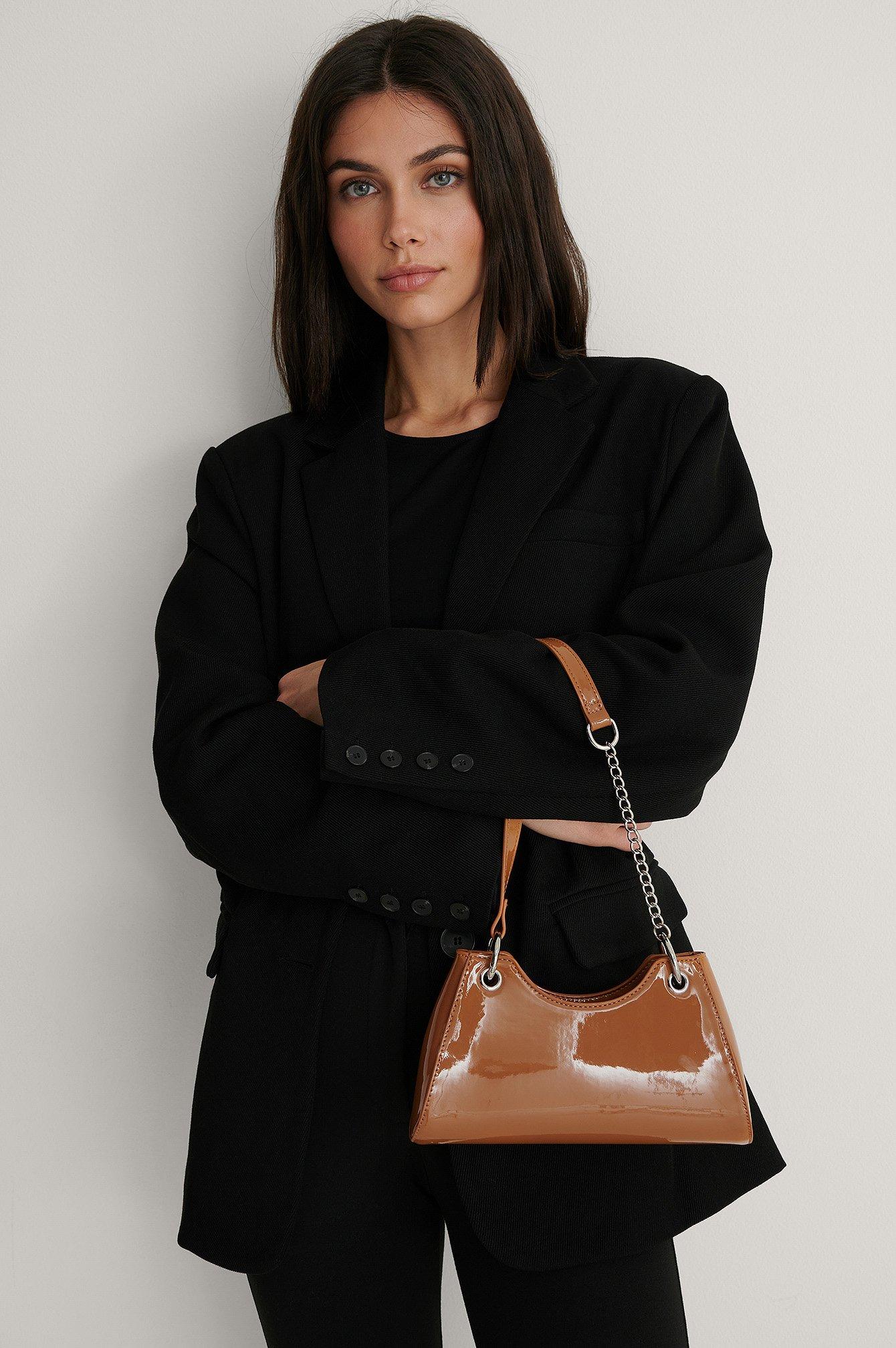 na-kd accessories -  Lack-Tasche Mit Kette - Brown