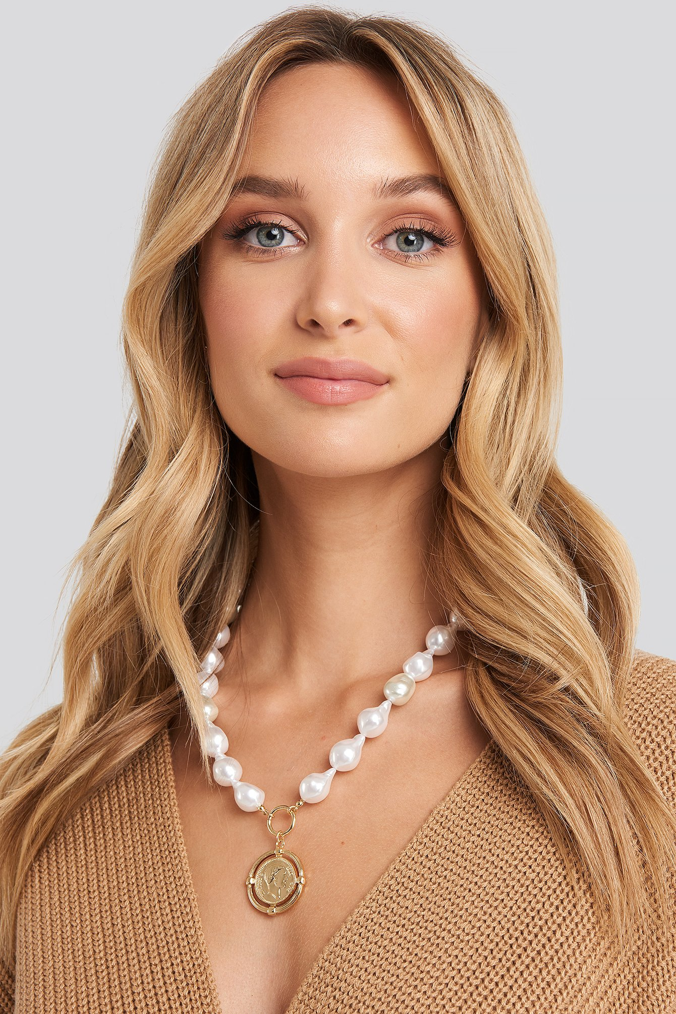 Na-Kd Chunky Pearl Coin Pendant Necklace White In Gold