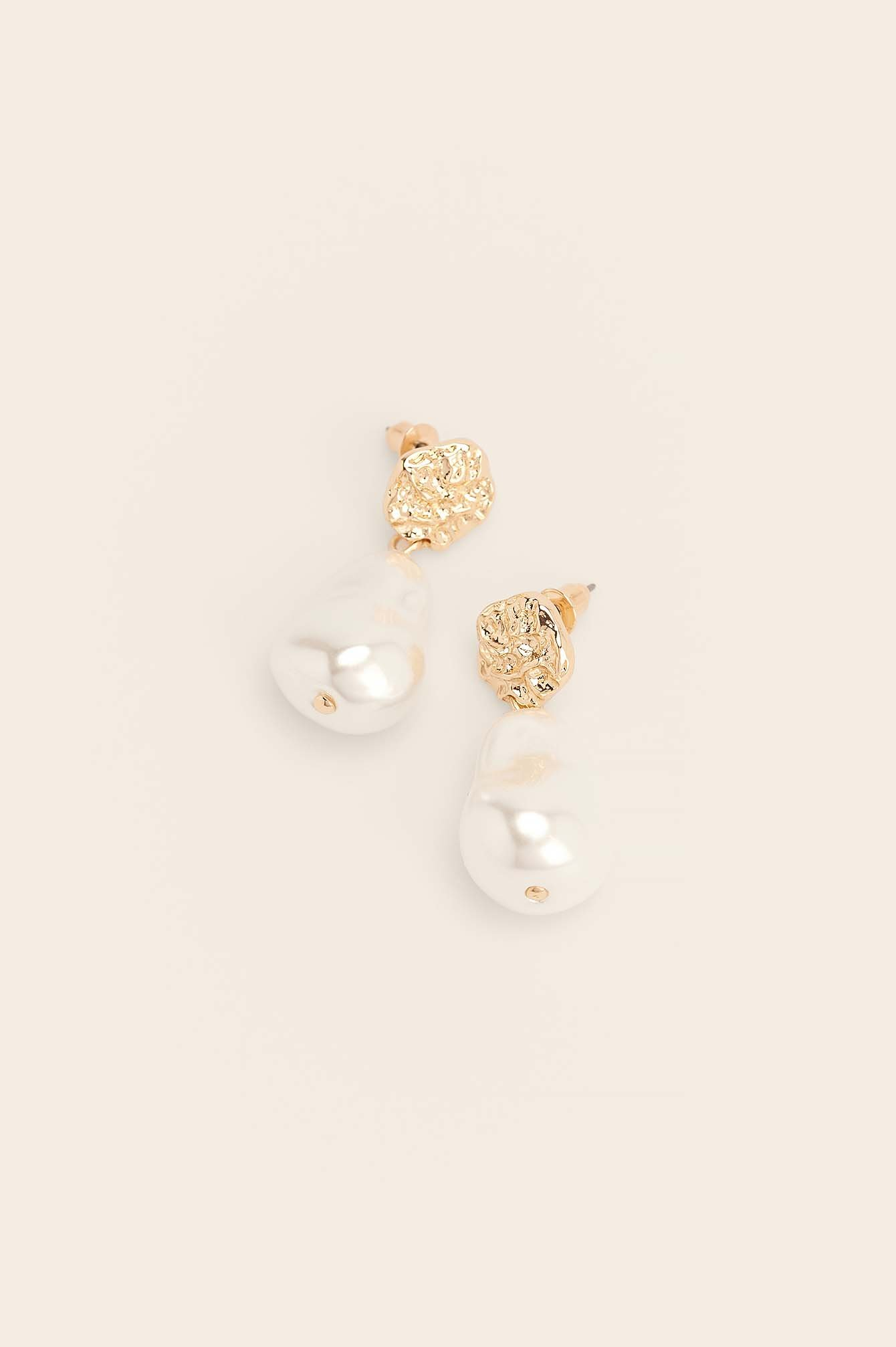 NA-KD Accessories Kraftige Perleøreringe I Genanvendt Materiale - Gold