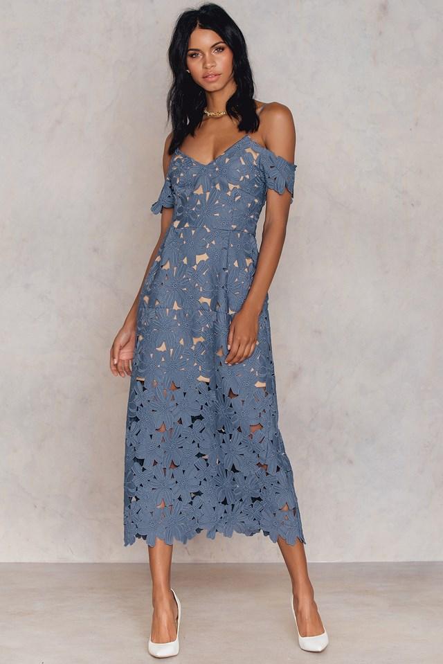 Koronkowa sukienka z wycięciami na ramionach Dusty Dark Blue