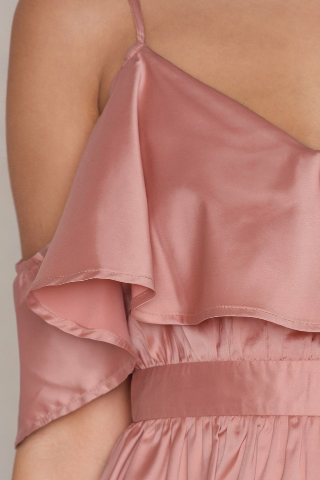 Sukienka z odkrytymi ramionami i falbanką Dusty Pink