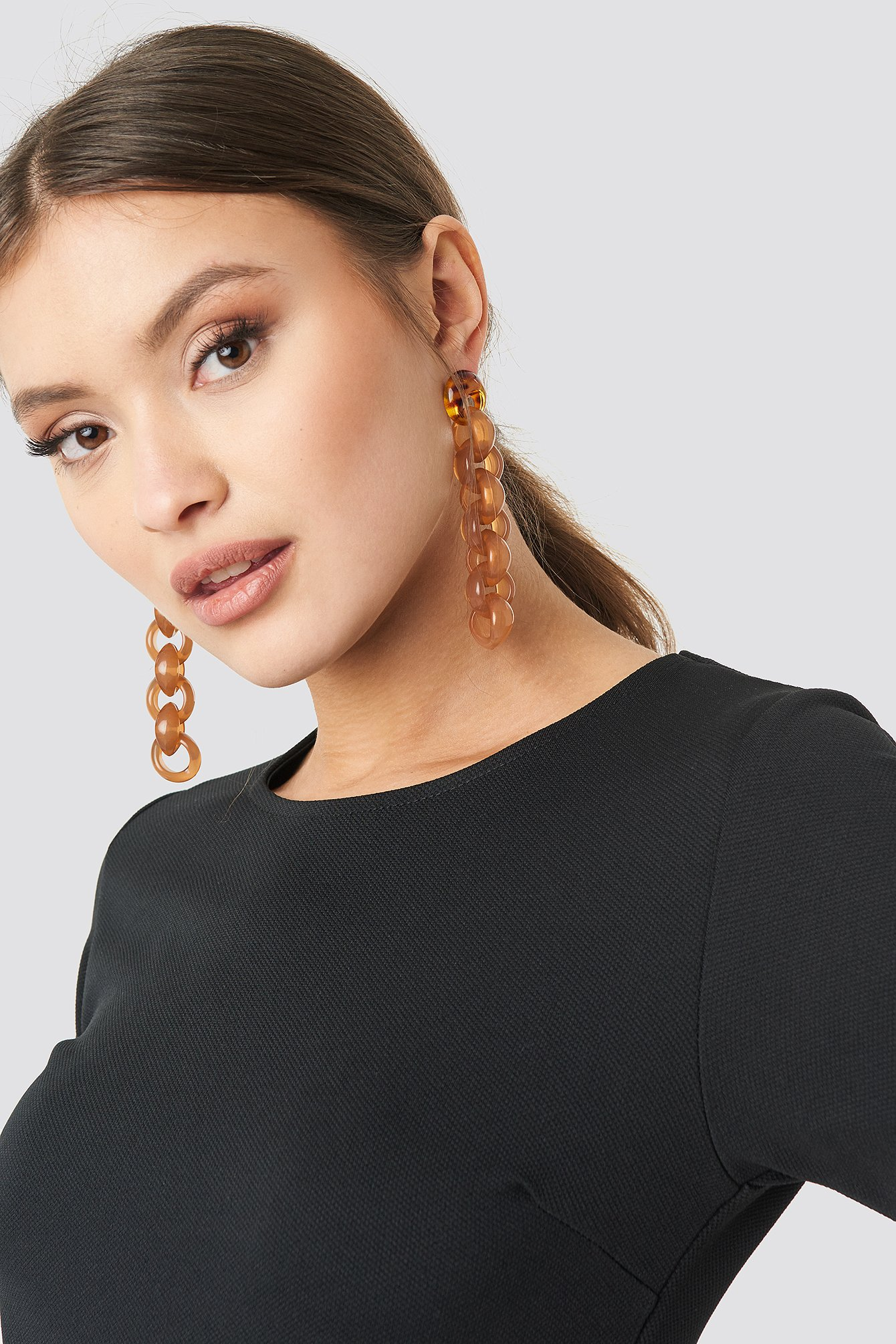 na-kd accessories -  Connected Resin Chain Earrings - Brown