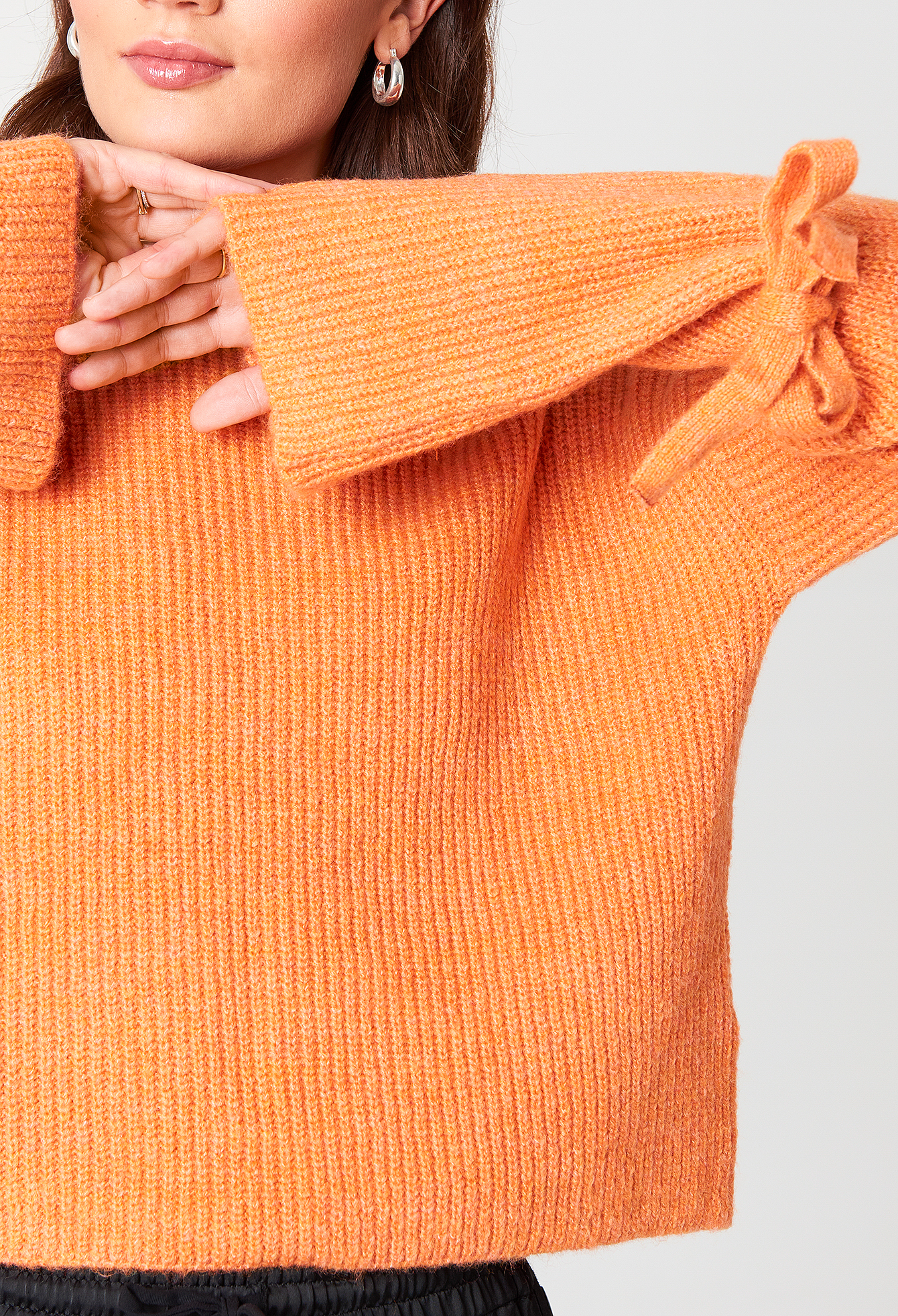 Krótki sweter z wiązanym rękawem NA-KD.COM