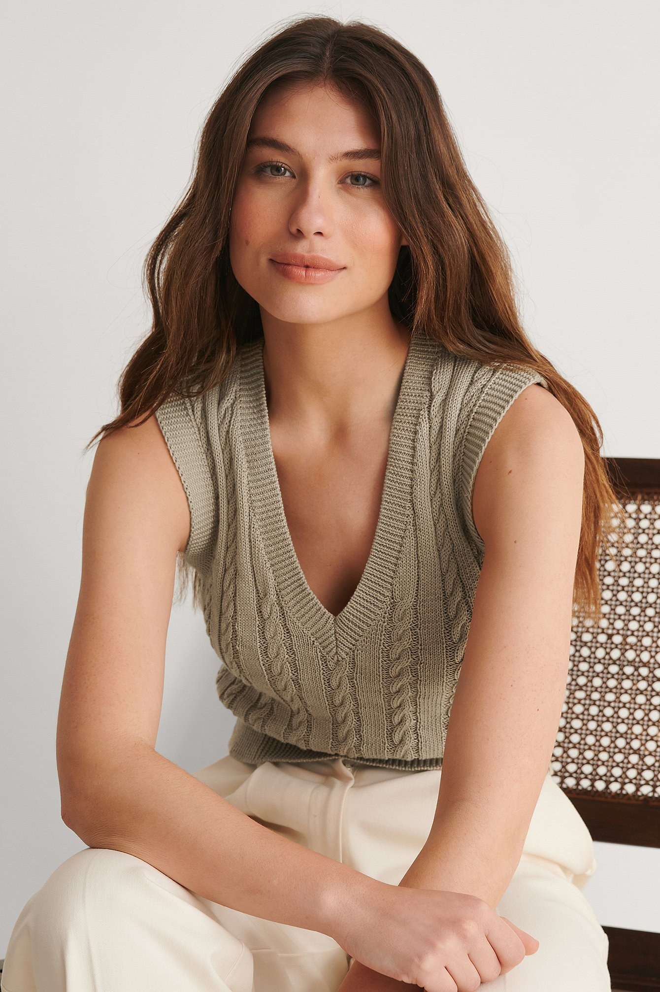 Light Beige Cropped V-neck Cable Knitted Vest