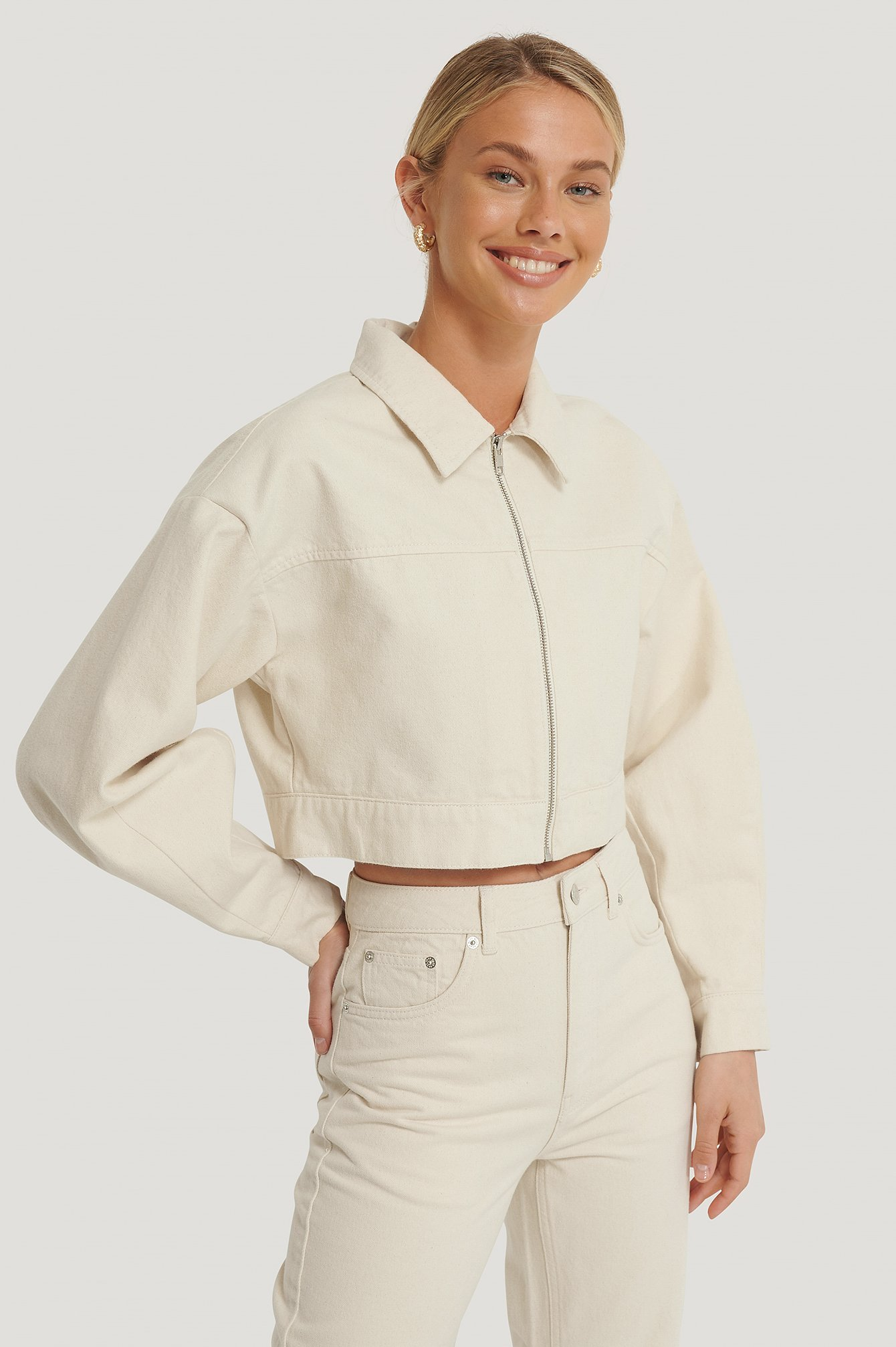 Na-kd Reborn Organic Cropped Zipped Denim Jacket Offwhite In Ecru