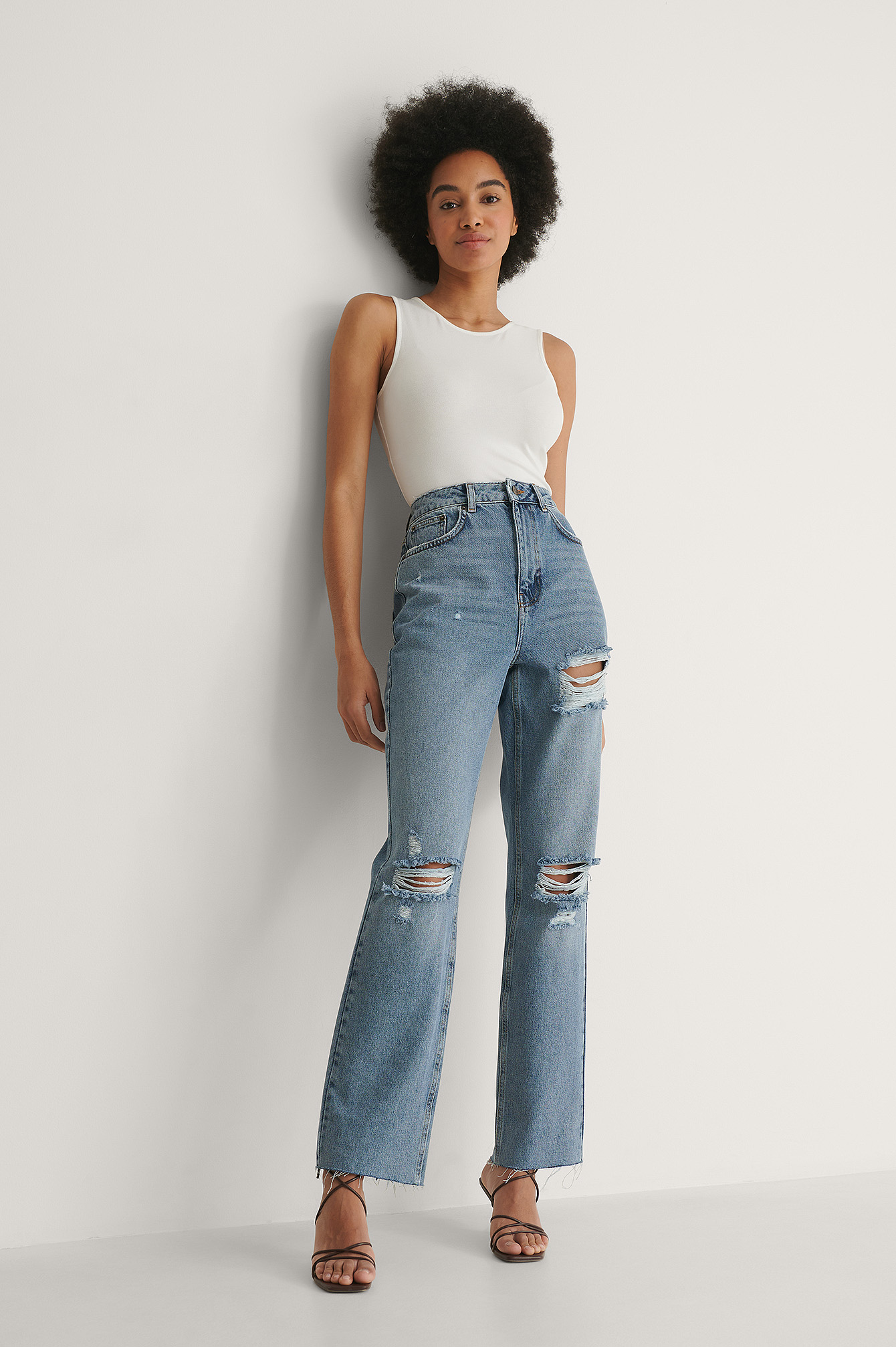 NA-KD Trend Økologiske Højtaljede Lige Jeans Med Hul Detaljer - Blue