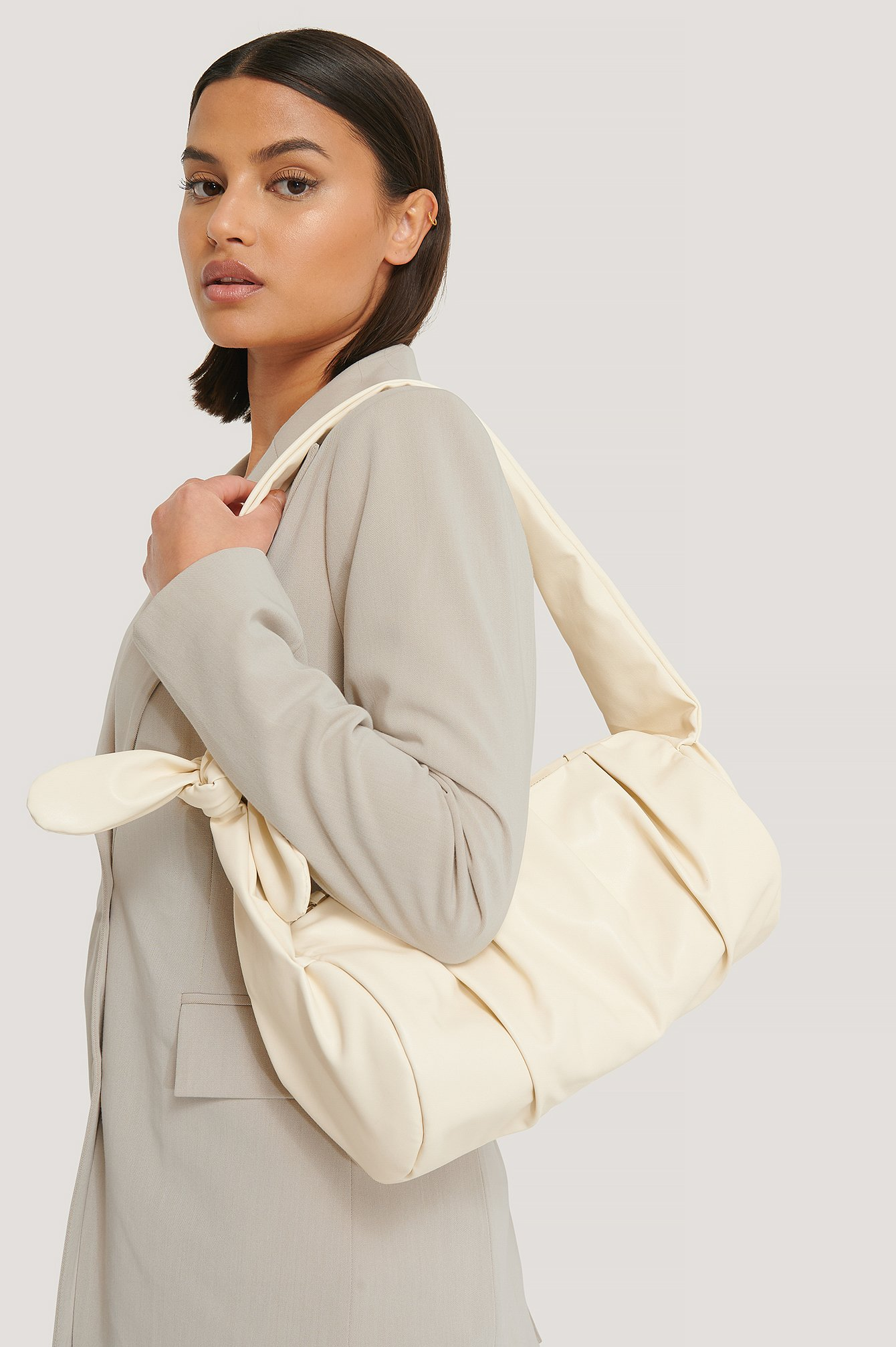 na-kd accessories -  Kunstledertasche Mit Knotendetail - Offwhite