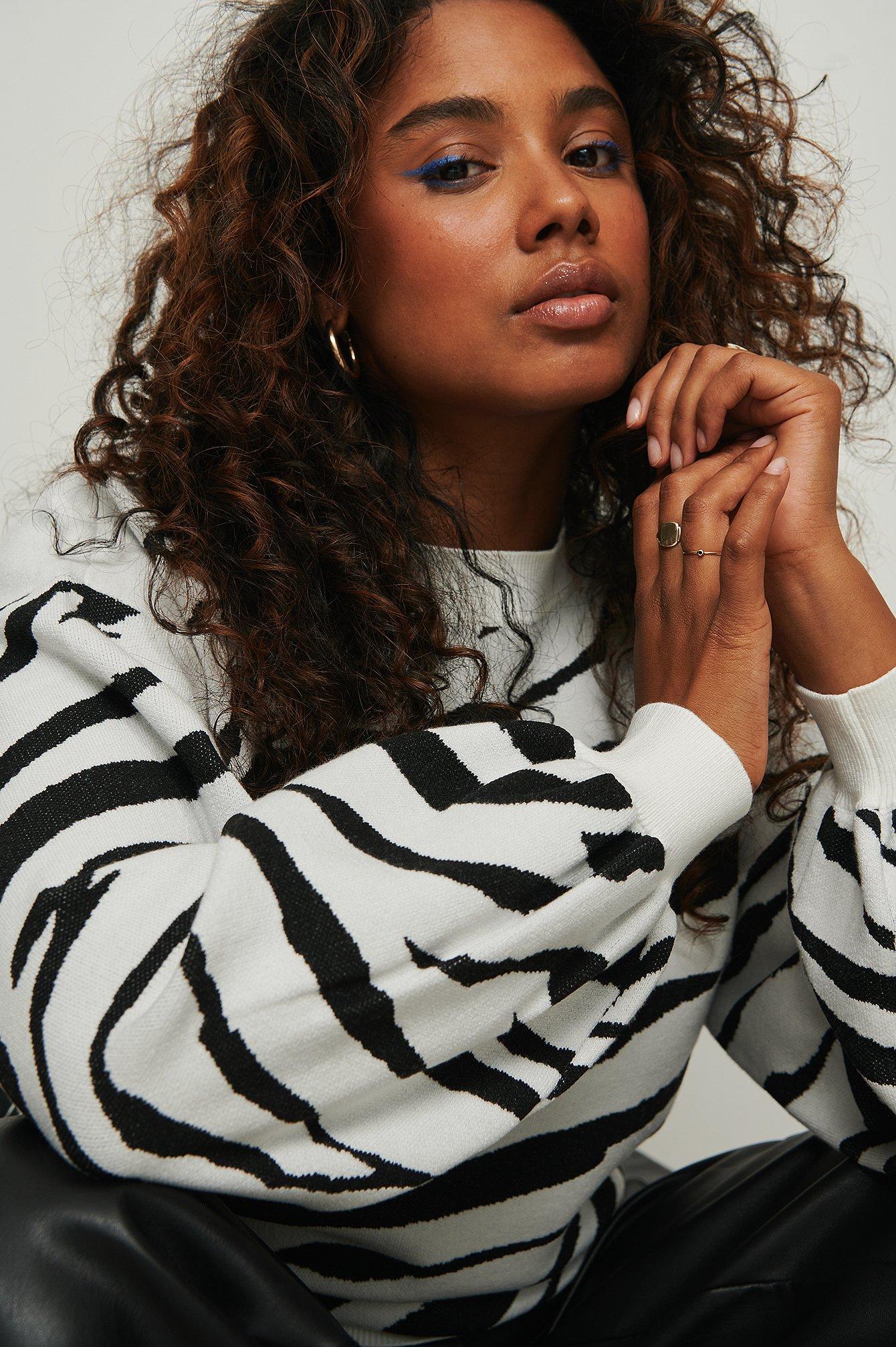 NA-KD Trend Finstrikket sweater med zebramønster og rund hals - Multicolor