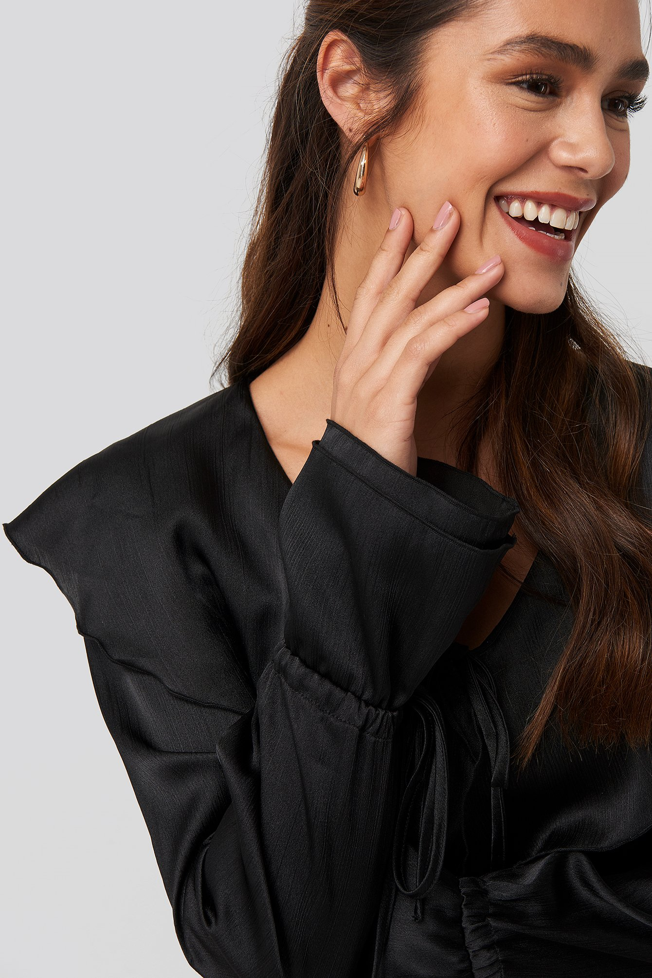 na-kd trend -  Flounce Satin Structured Blouse - Black