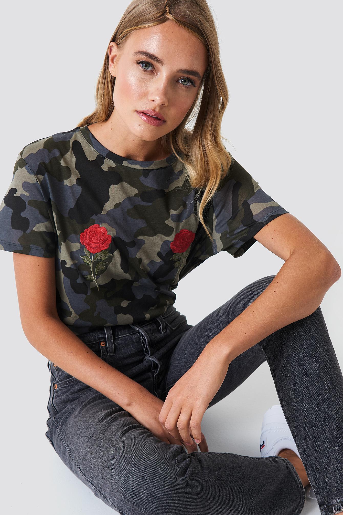 T-shirt z haftem w kwiaty NA-KD.COM