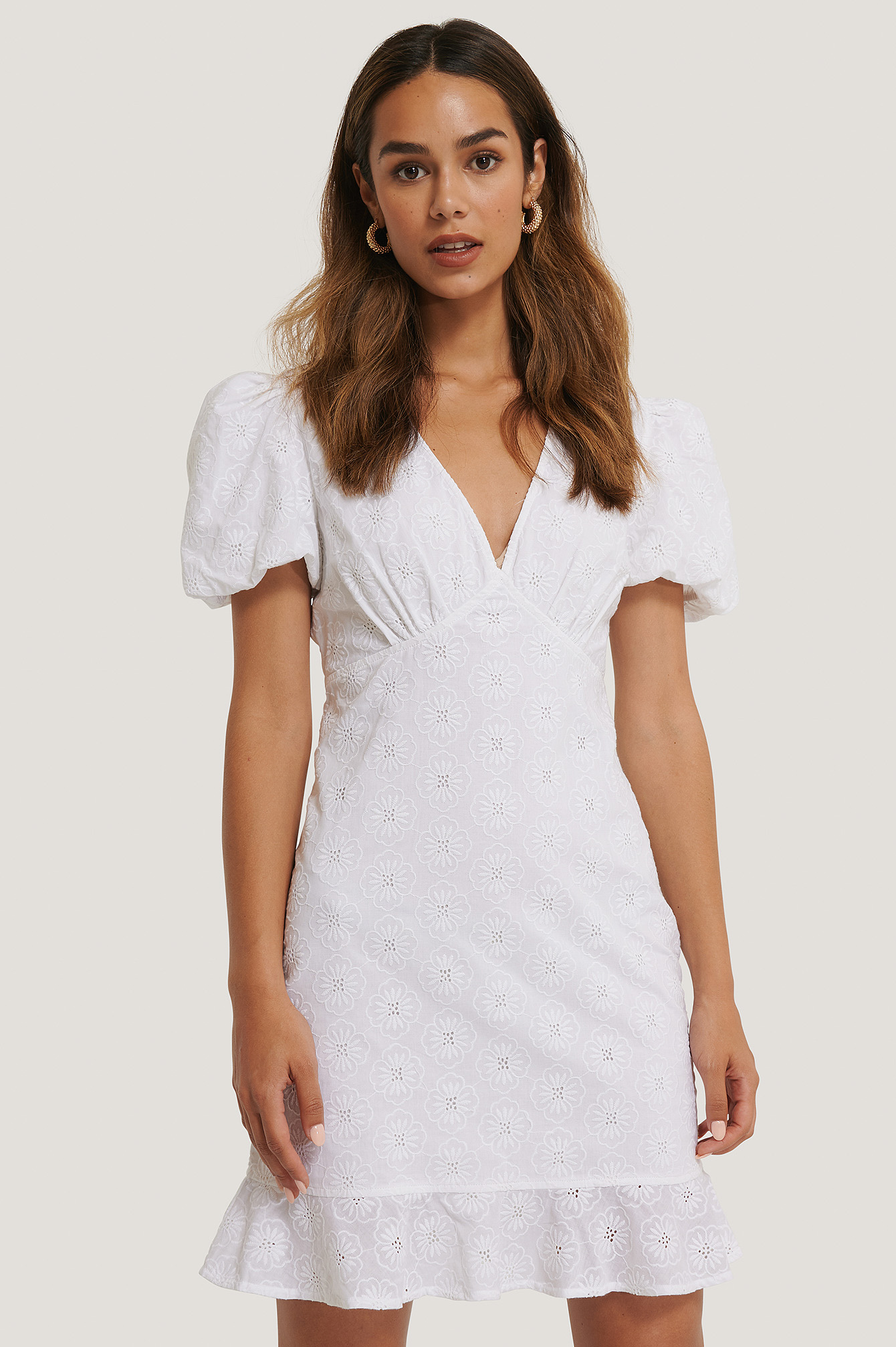na-kd boho -  Stickerei-Blumenkleid Mit V-Ausschnitt - White