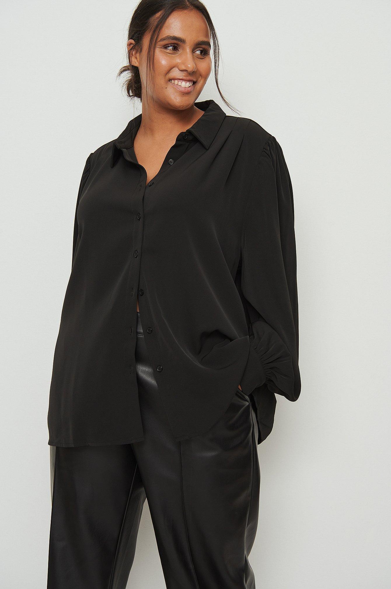 na-kd classic -  Fließendes Longsleeve-Shirt mit Raffung an der Schulter - Black