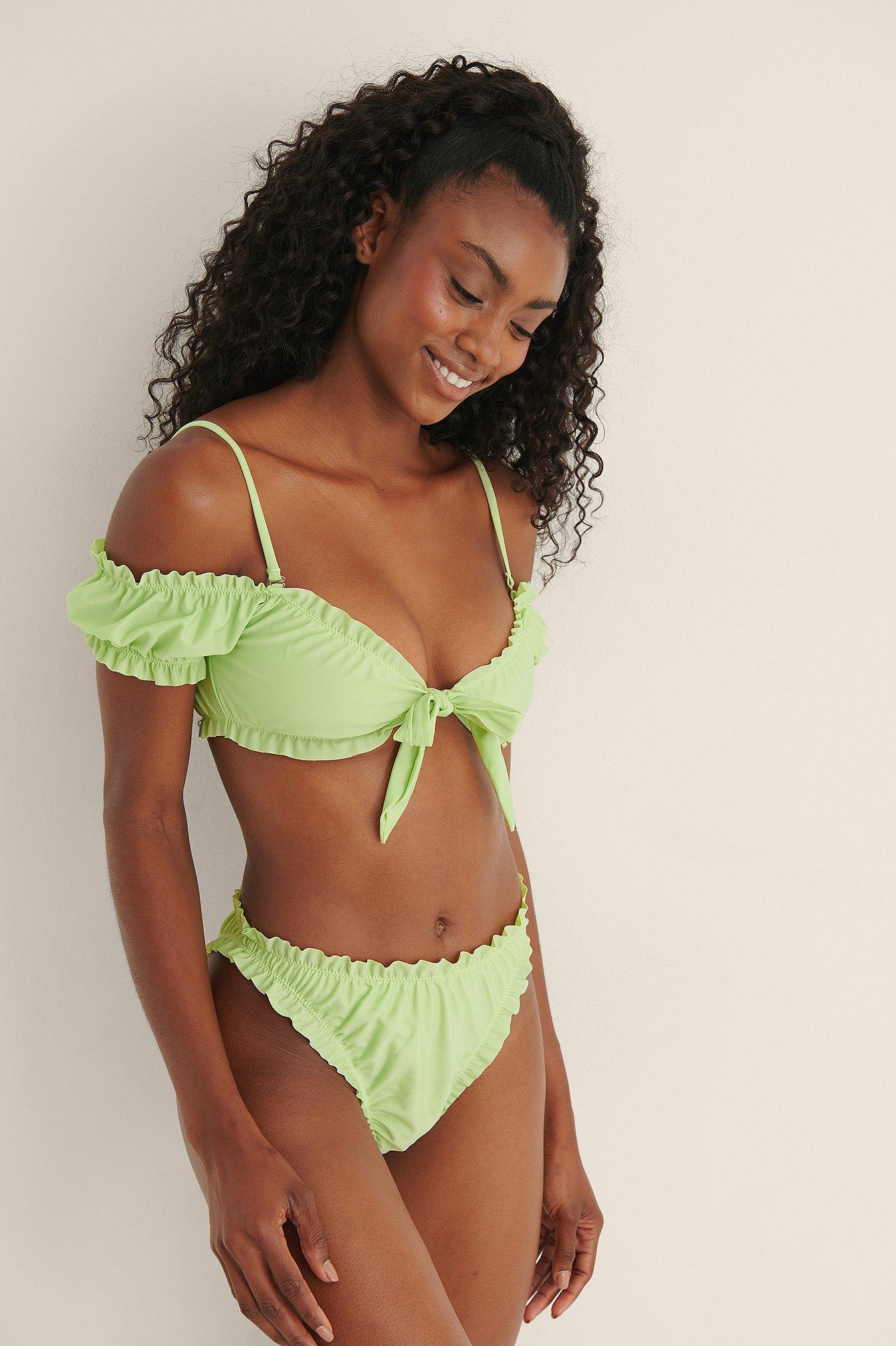 Mimi A.R x NA-KD Genanvendt bikiniunderdel med flæsedetaljer - Green