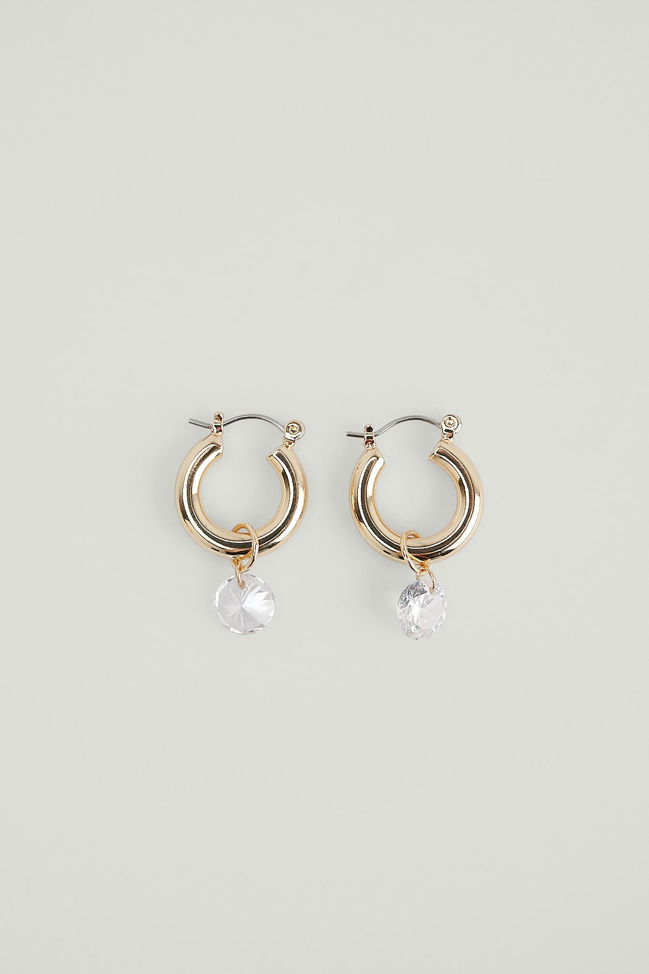 NA-KD Accessories Øreringe i genanvendt materiale med hængende sten - Gold