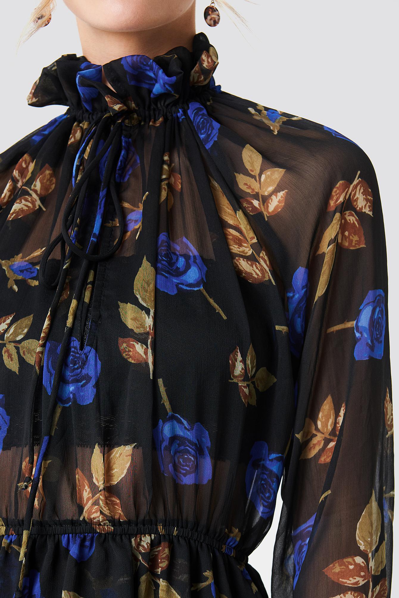 Sukienka z marszczoną stójką NA-KD.COM