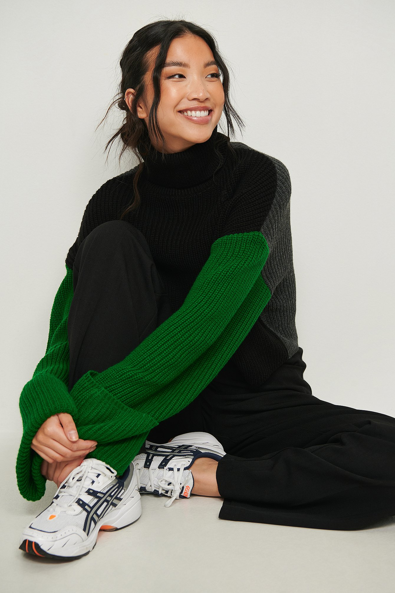 NA-KD Trend Strikket sweater med høj hals og farveblokke - Grey