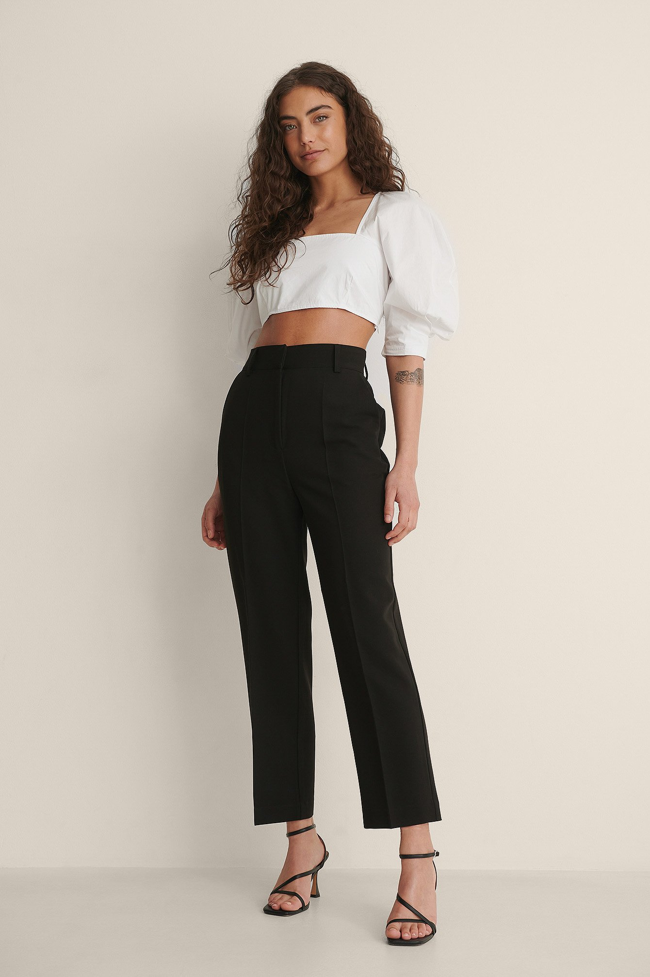 na-kd classic -  Hochgeschnittene Cropped-Anzughose - Black