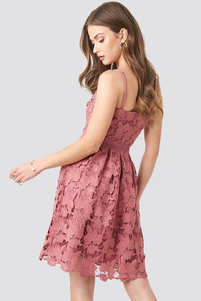 Koronkowa sukienka na ramiączkach NA-KD.COM