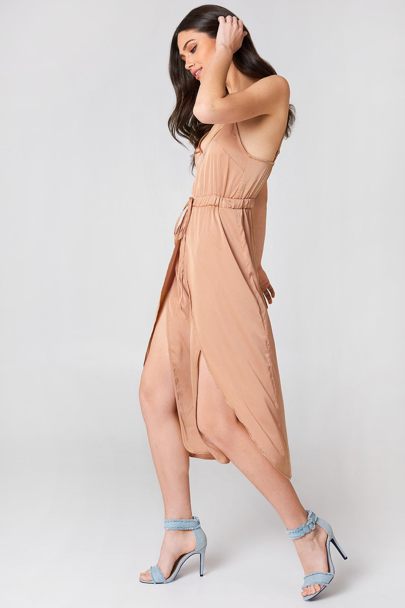 Satynowa sukienka midi NA-KD.COM