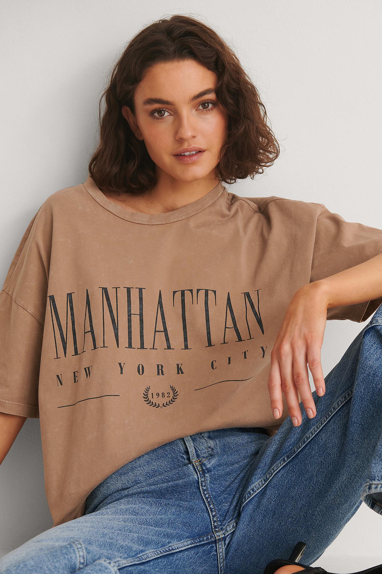Se NA-KD Trend Økologisk T-shirt Med Print Af Manhattan - Brown ved NA-KD