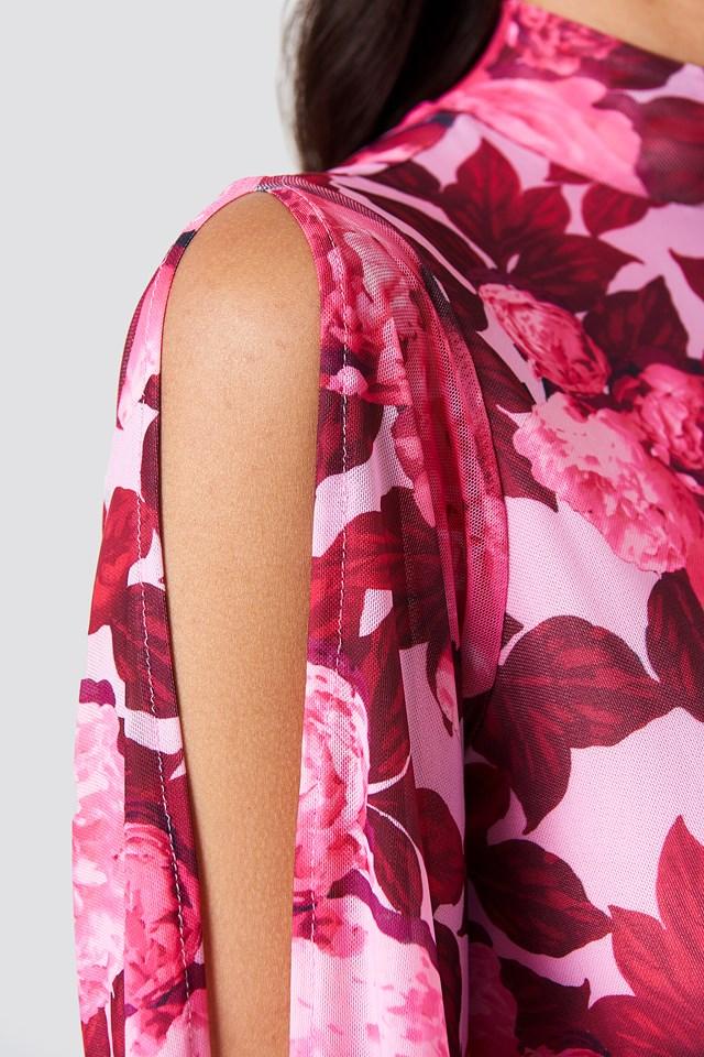 Siateczkowa sukienka z rozciętym rękawem Pink Peony