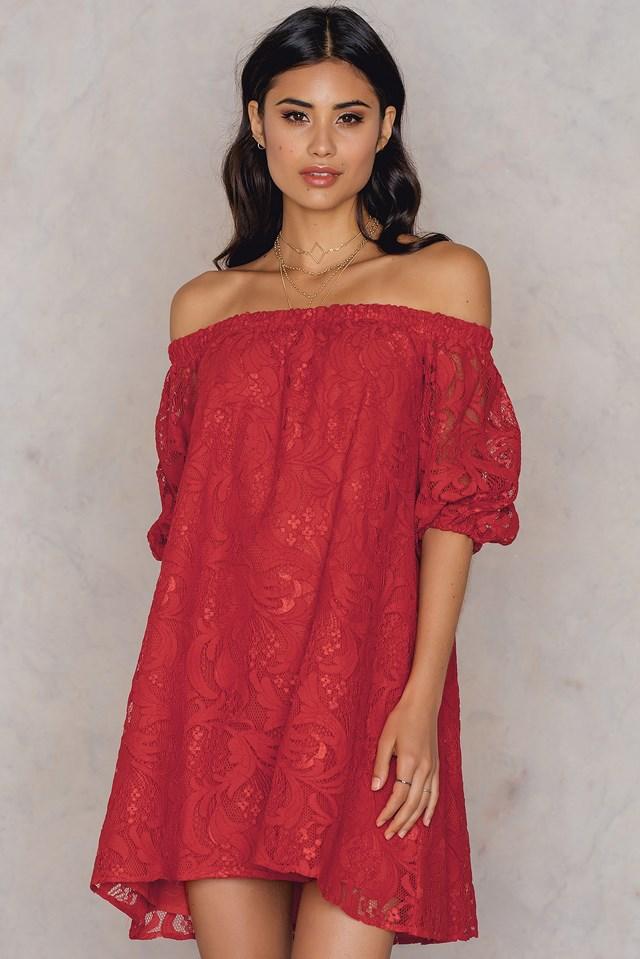 Sukienka z odkrytymi ramionami i obszernymi rękawami Red