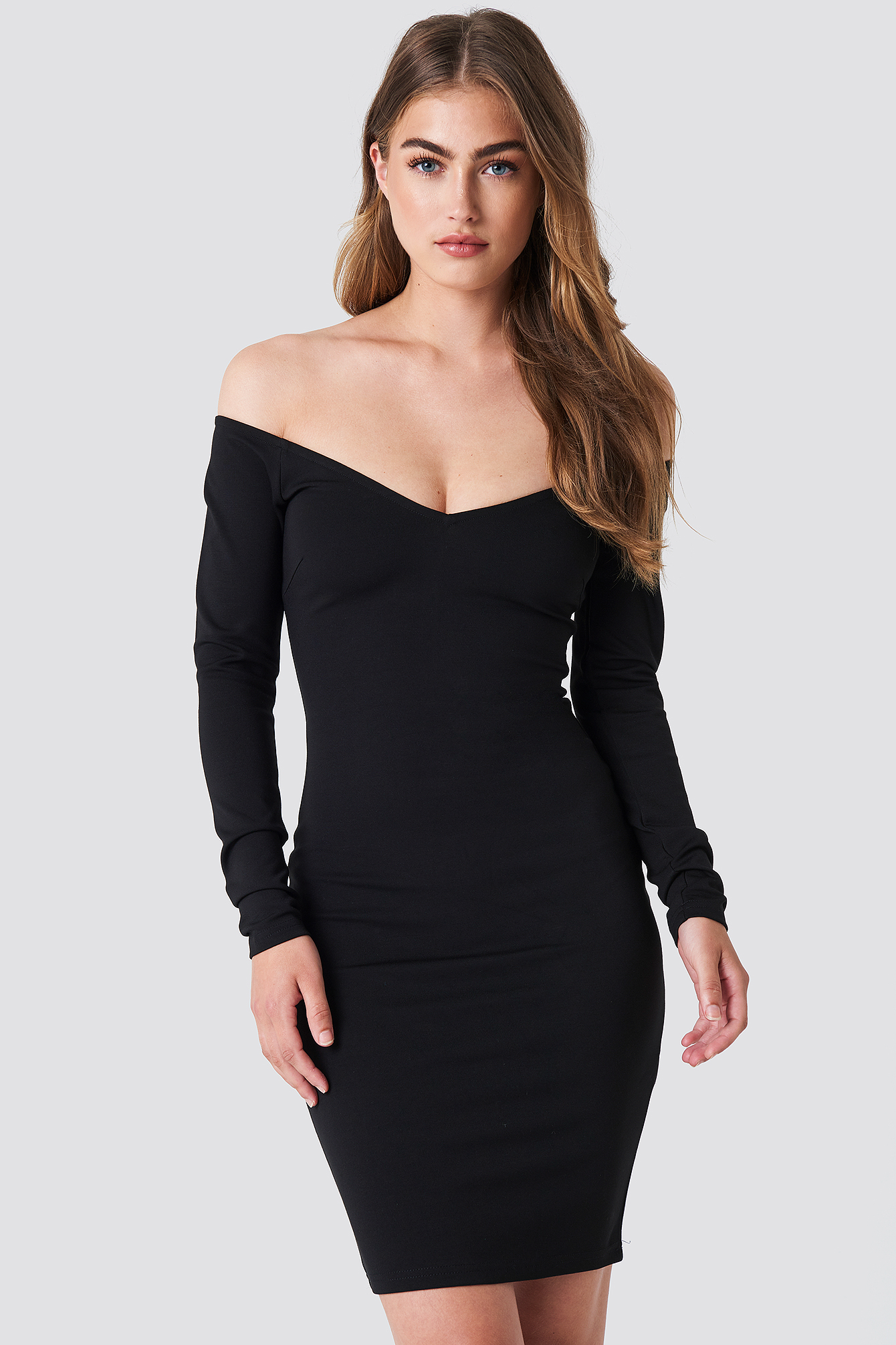 Dopasowana sukienka z odkrytymi ramionami NA-KD.COM