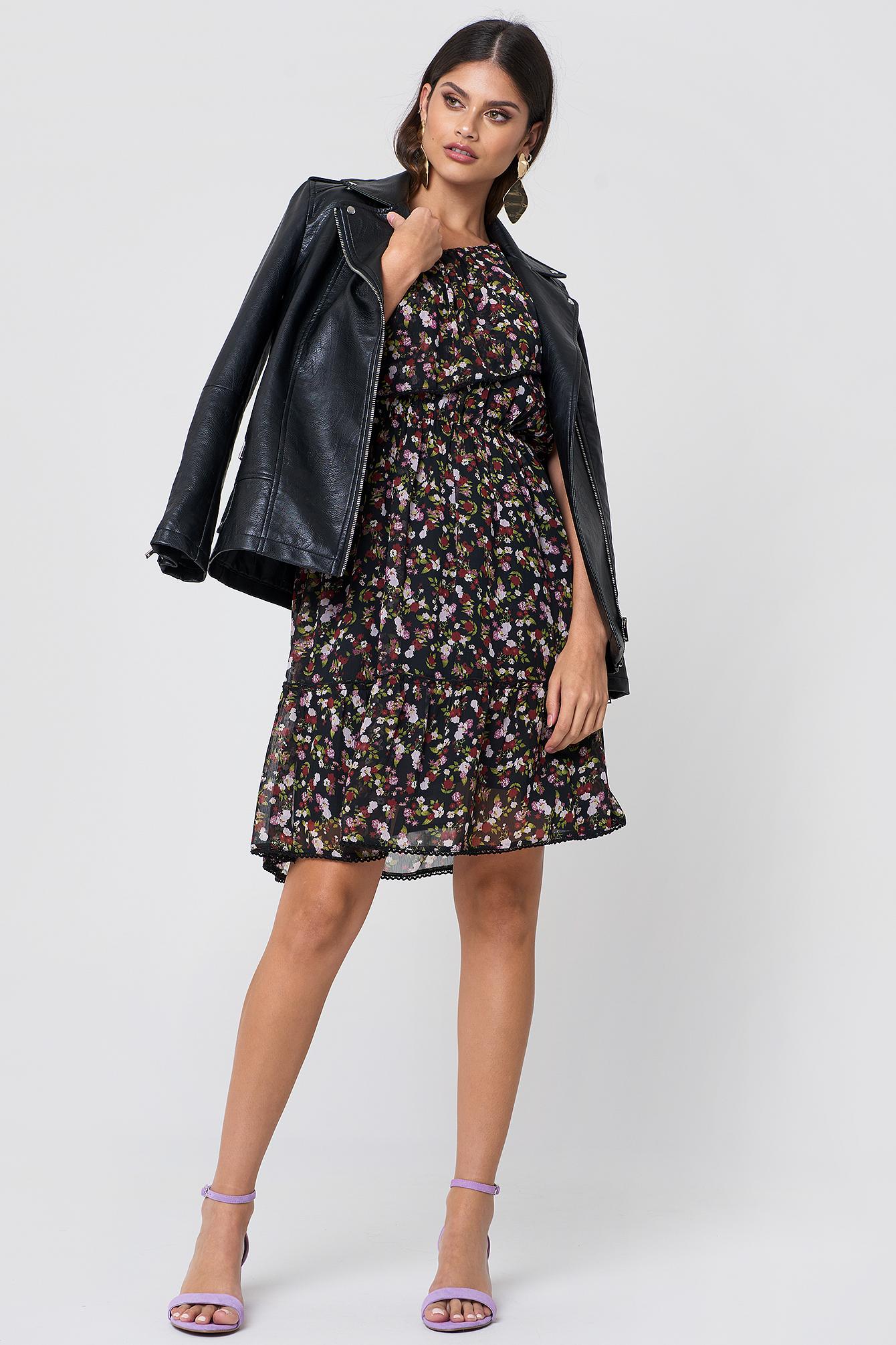 Sukienka z falbanką na jedno ramię NA-KD.COM