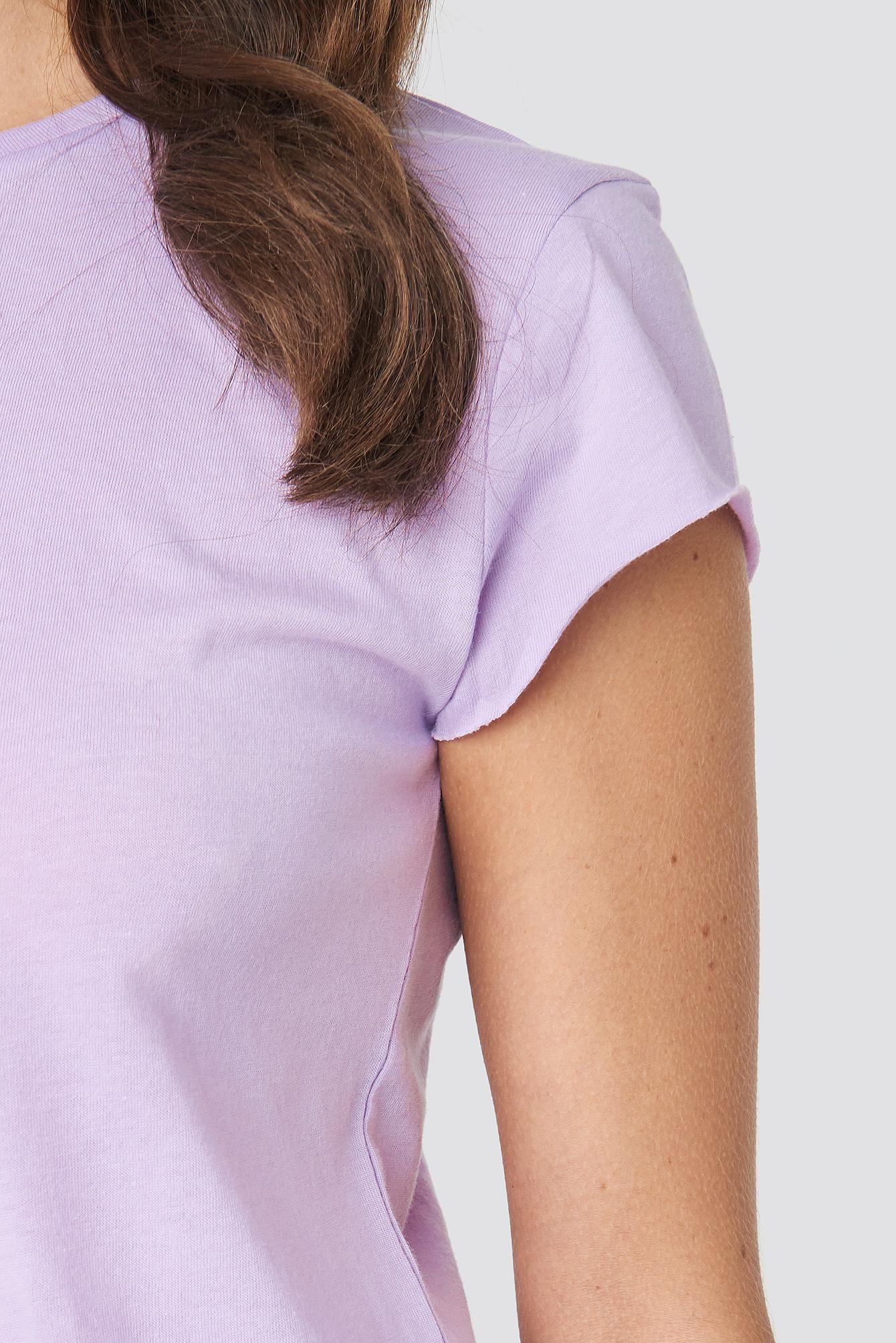 T-shirt z surowym wykończeniem NA-KD.COM