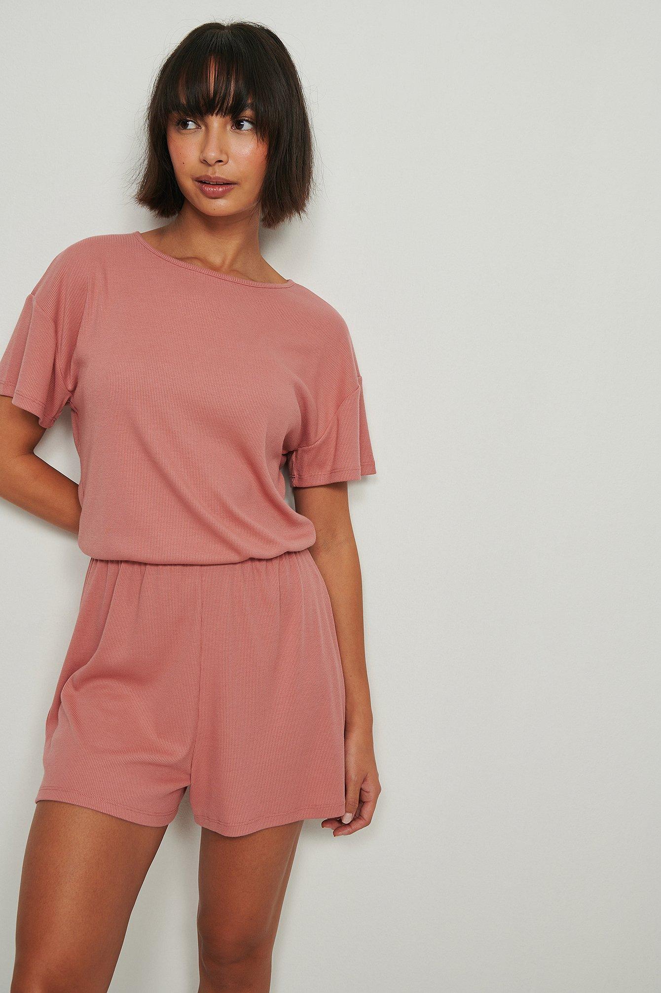 NA-KD Lingerie Blød ribbet playsuit-pyjamas i genanvendt materiale - Pink