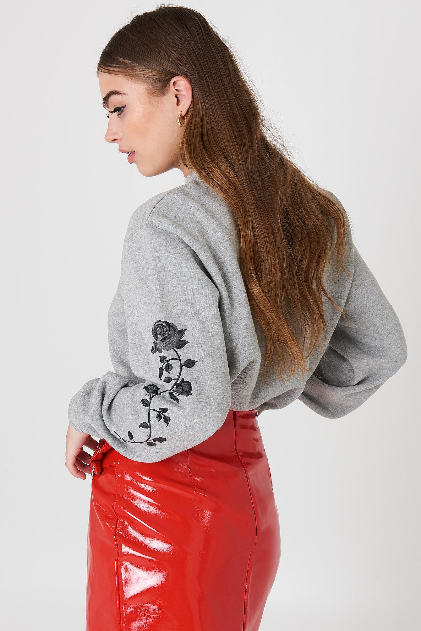 Bluza z wyszywanymi różami na rękawach NA-KD.COM