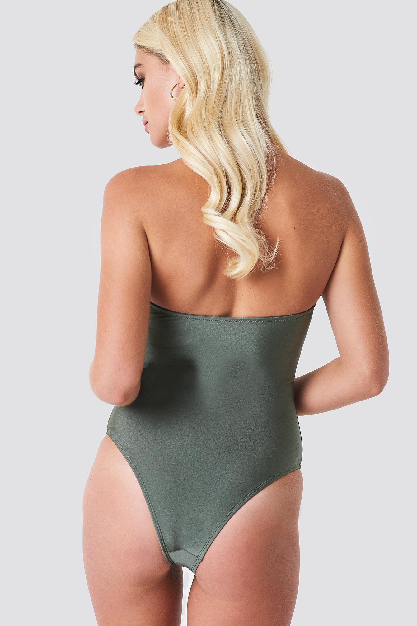 Błyszczący kostium kąpielowy z metalowym detalem NA-KD.COM