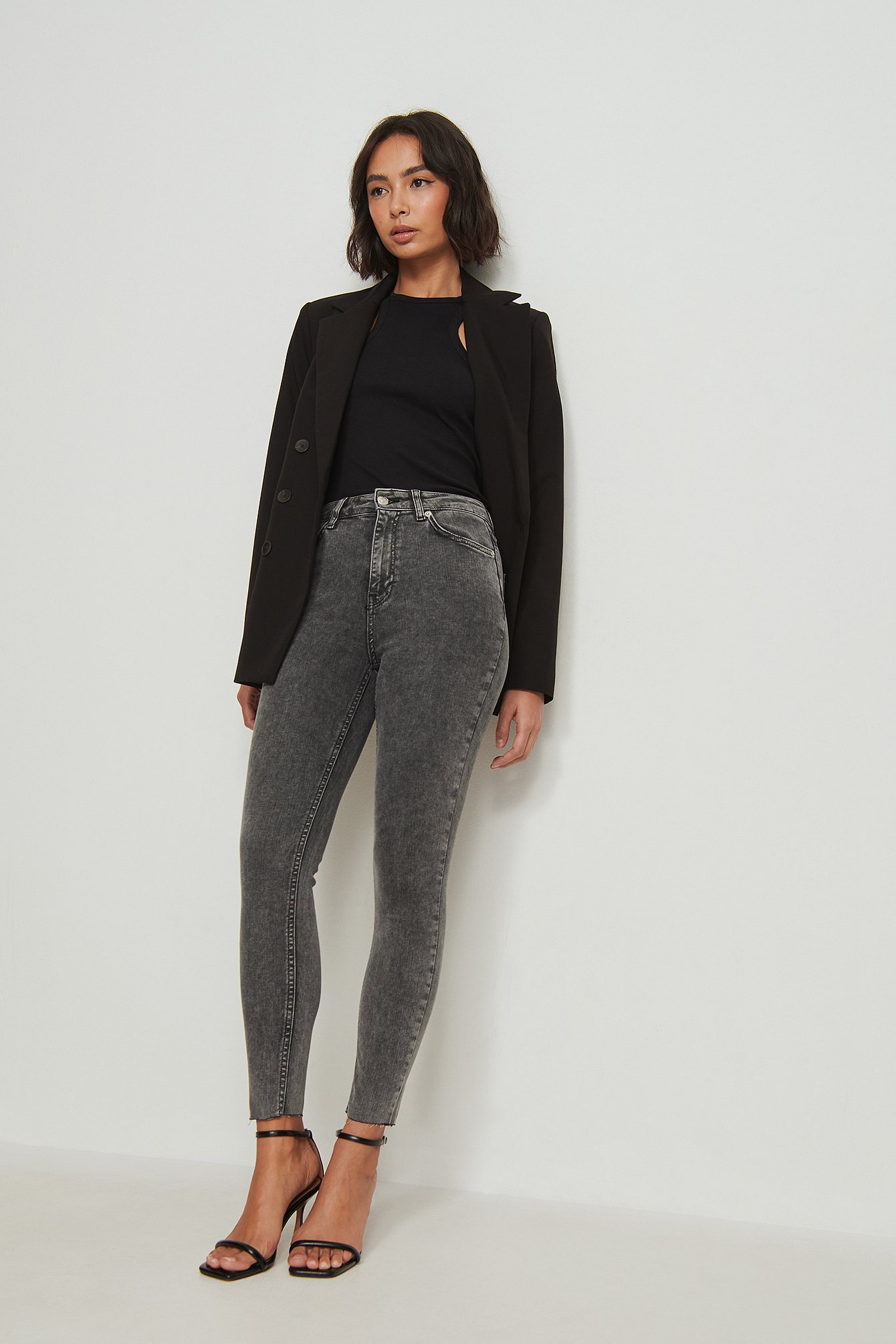 NA-KD Reborn Ekologiska skinny jeans med hög midja och rå fåll - Grey