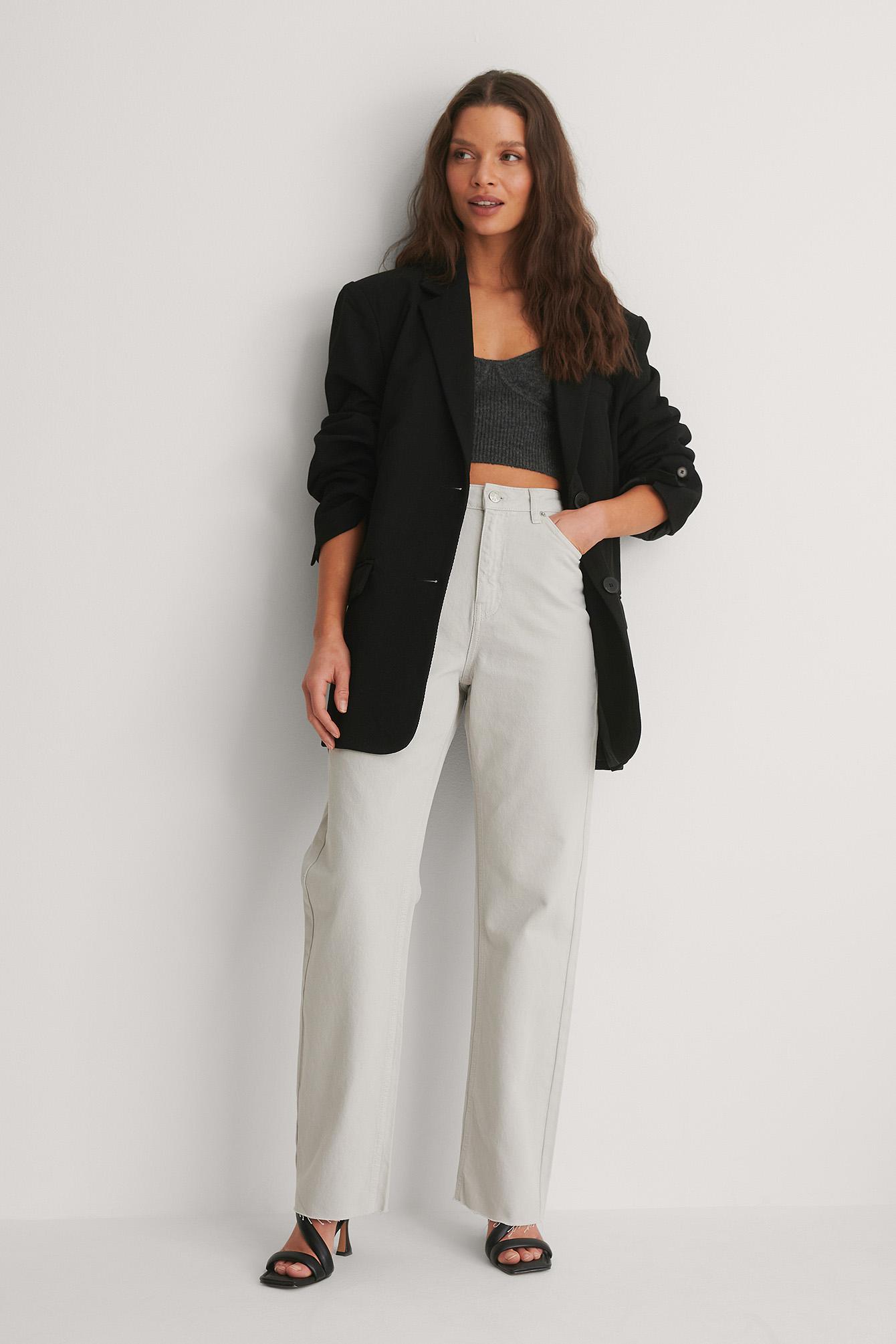 Se NA-KD Trend Økologiske Højtaljede Lige Jeans Med Åben Hem - Grey ved NA-KD