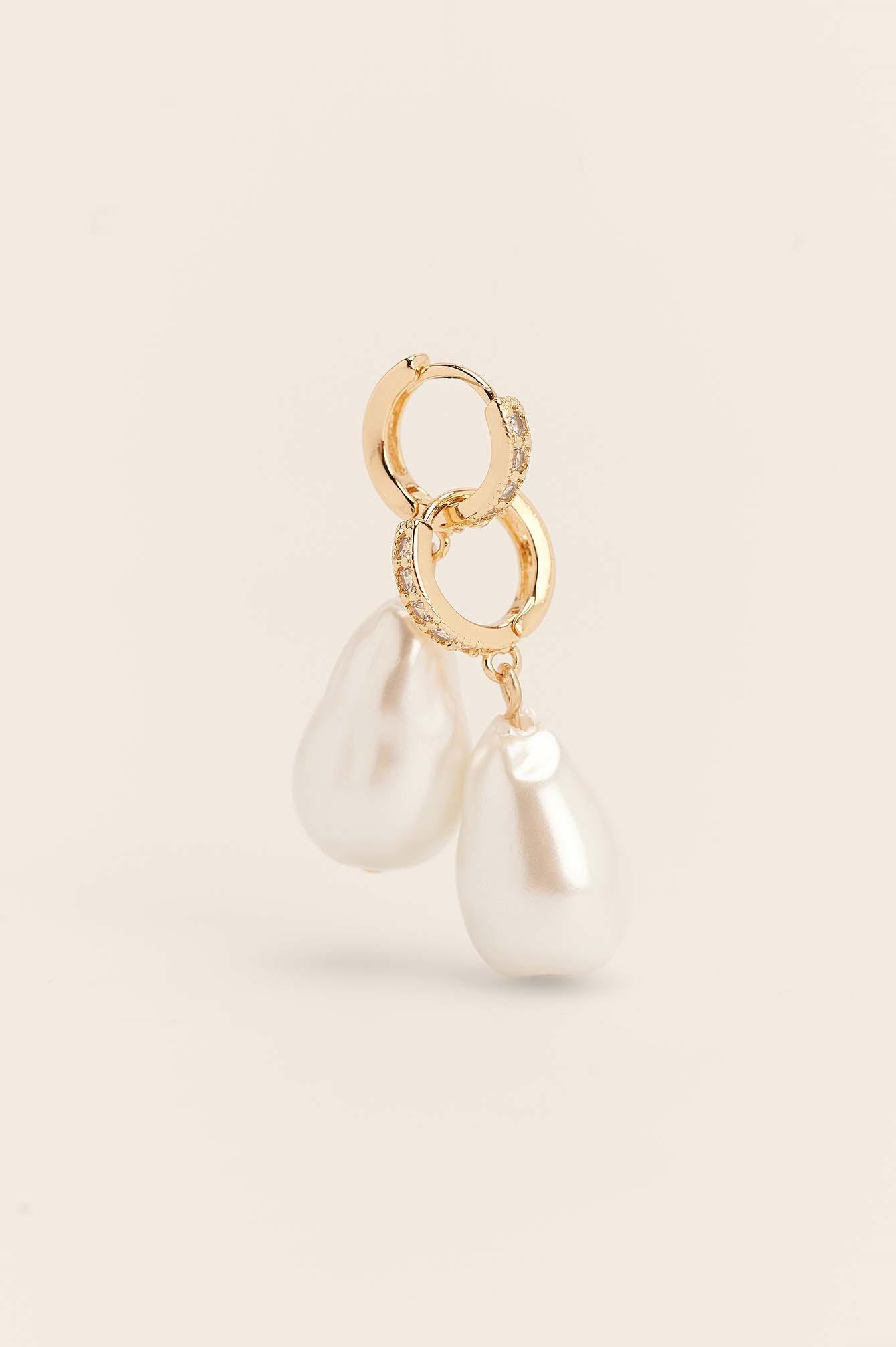 Se NA-KD Accessories Perleøreringe Med Strassdetalje - Gold ved NA-KD